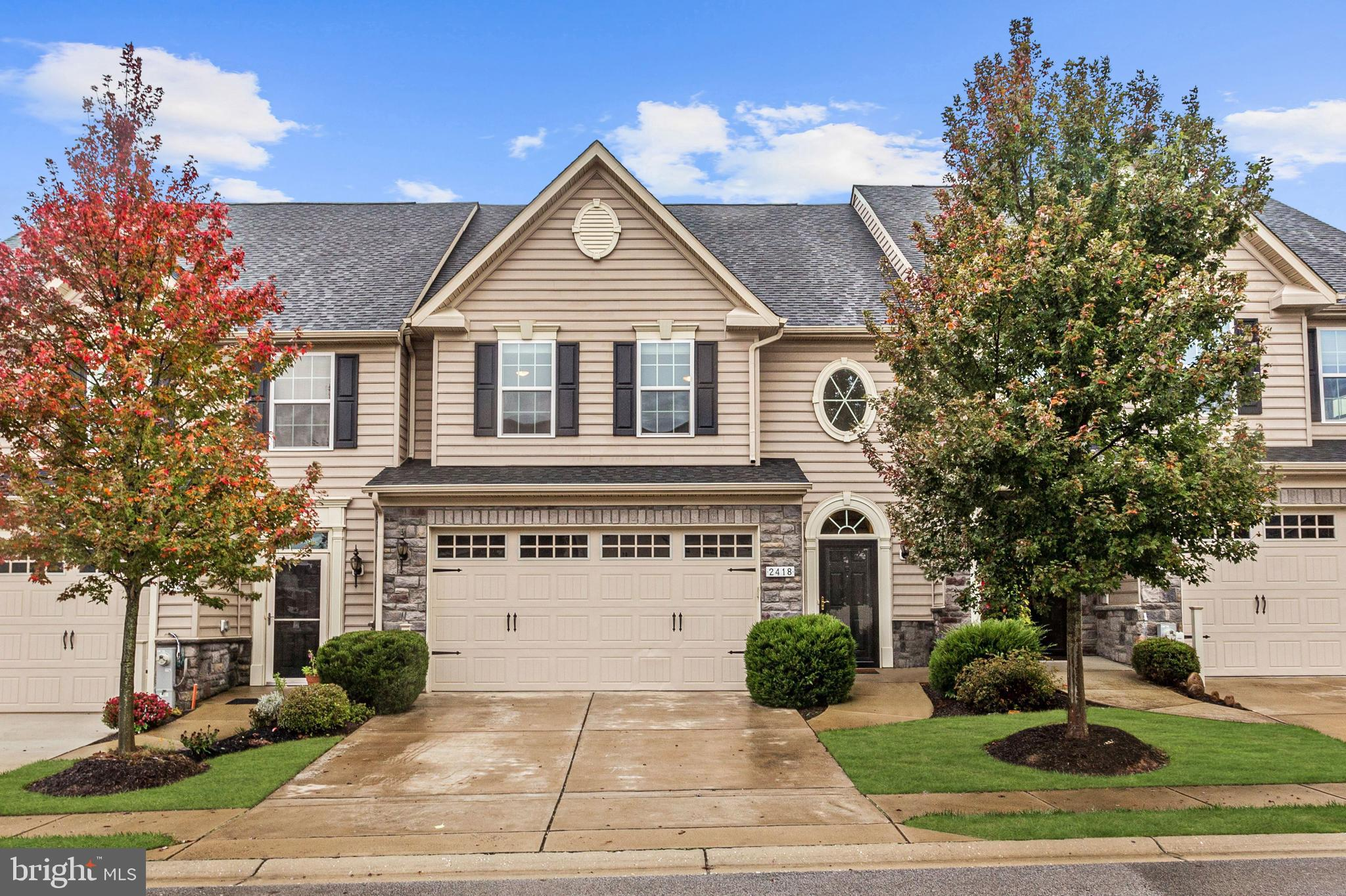 Enjoy easy living in the amenity rich, adult community of Waverly Woods.  High vaulted ceilings, sea