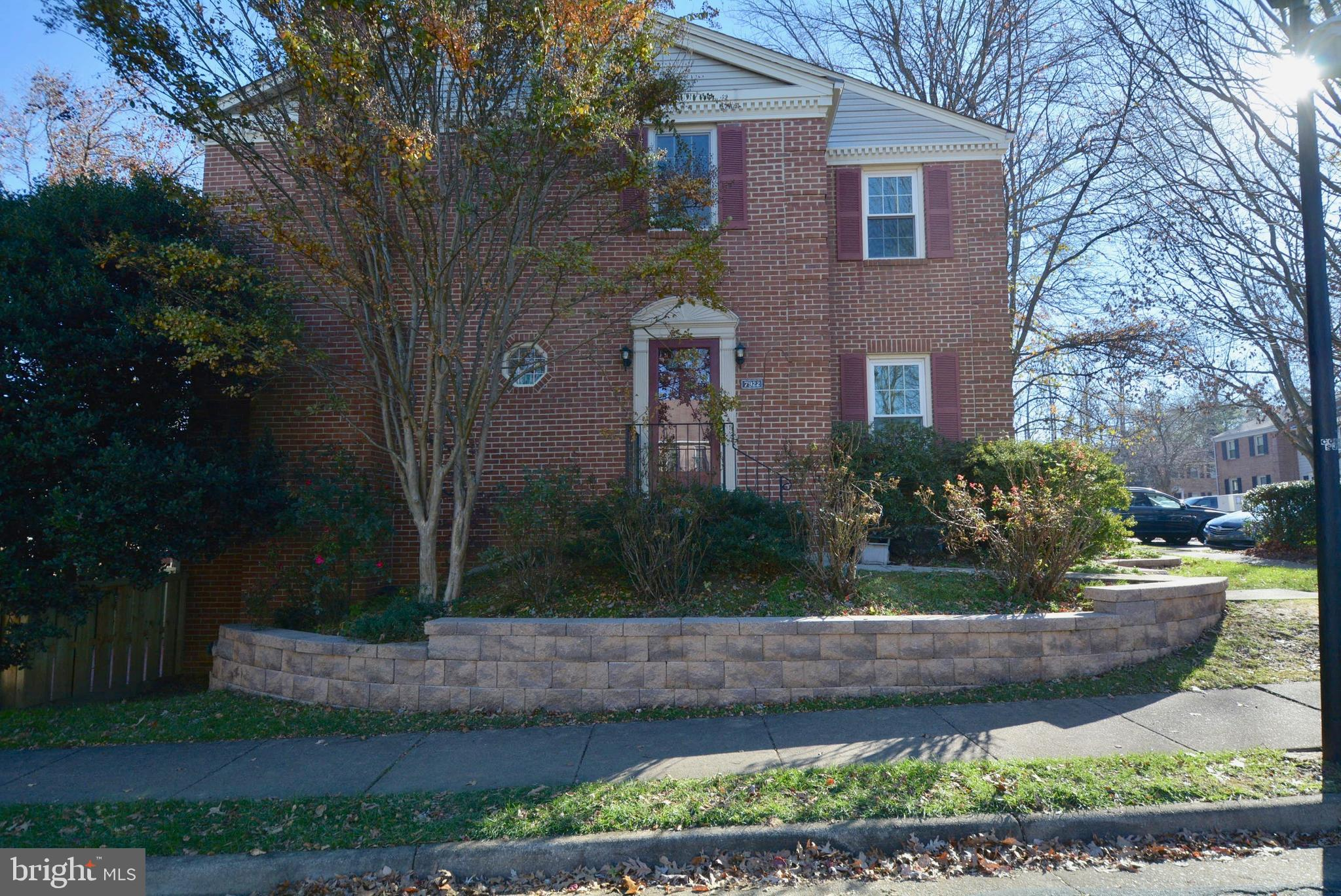 IMMACULATE END UNIT TOWNHOME IN PRIME LOCATION..Minutes to Parkway, Springfield Metro, and Ft Belvoi