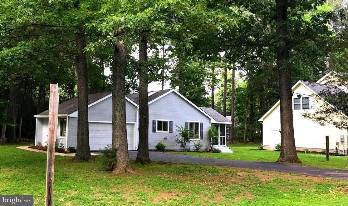 A lovely corner lot home located in the beautiful golf coarse community of Swan Point. This house of