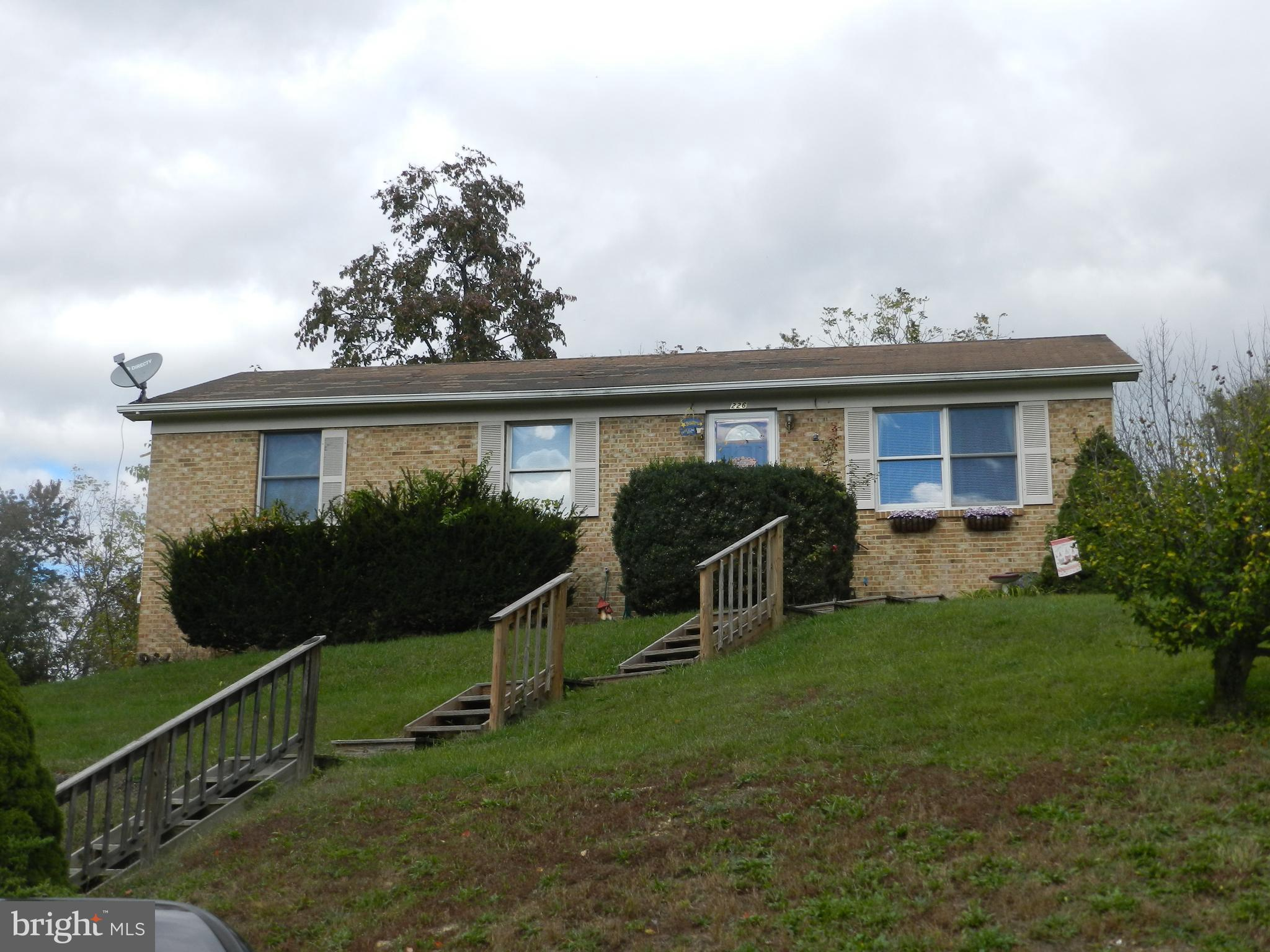 NICE 3 BEROOM  HOME, REMODLED NSIDE,  NICE SIZE LIVING ROOM WITH HARDWOOD FLOORS.  BEAUTIFULLY REMOD