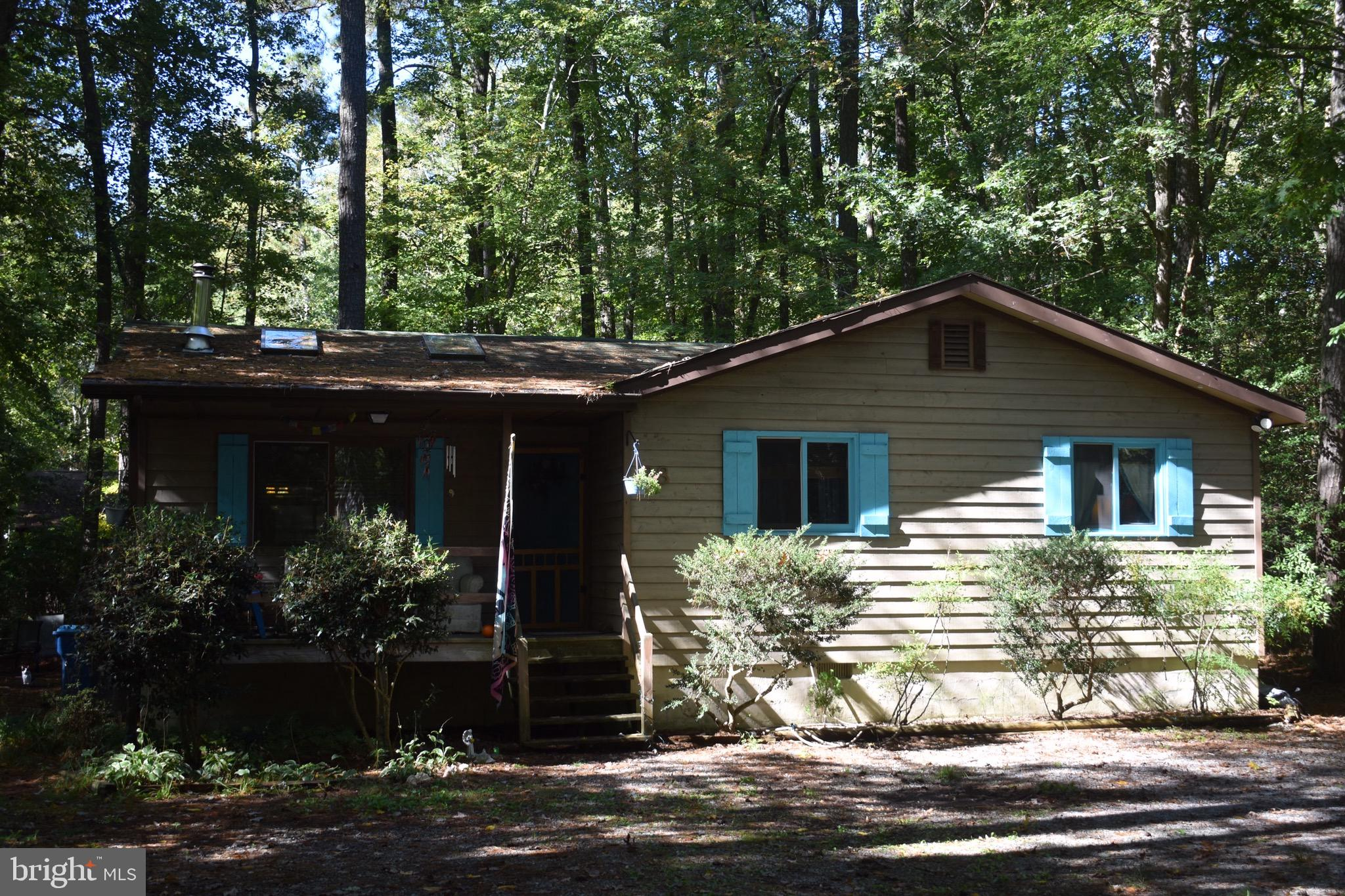 Quaint mountain cottage only 6 miles from the ocean.  Large wooded lot on cul-de-sac street with  lo