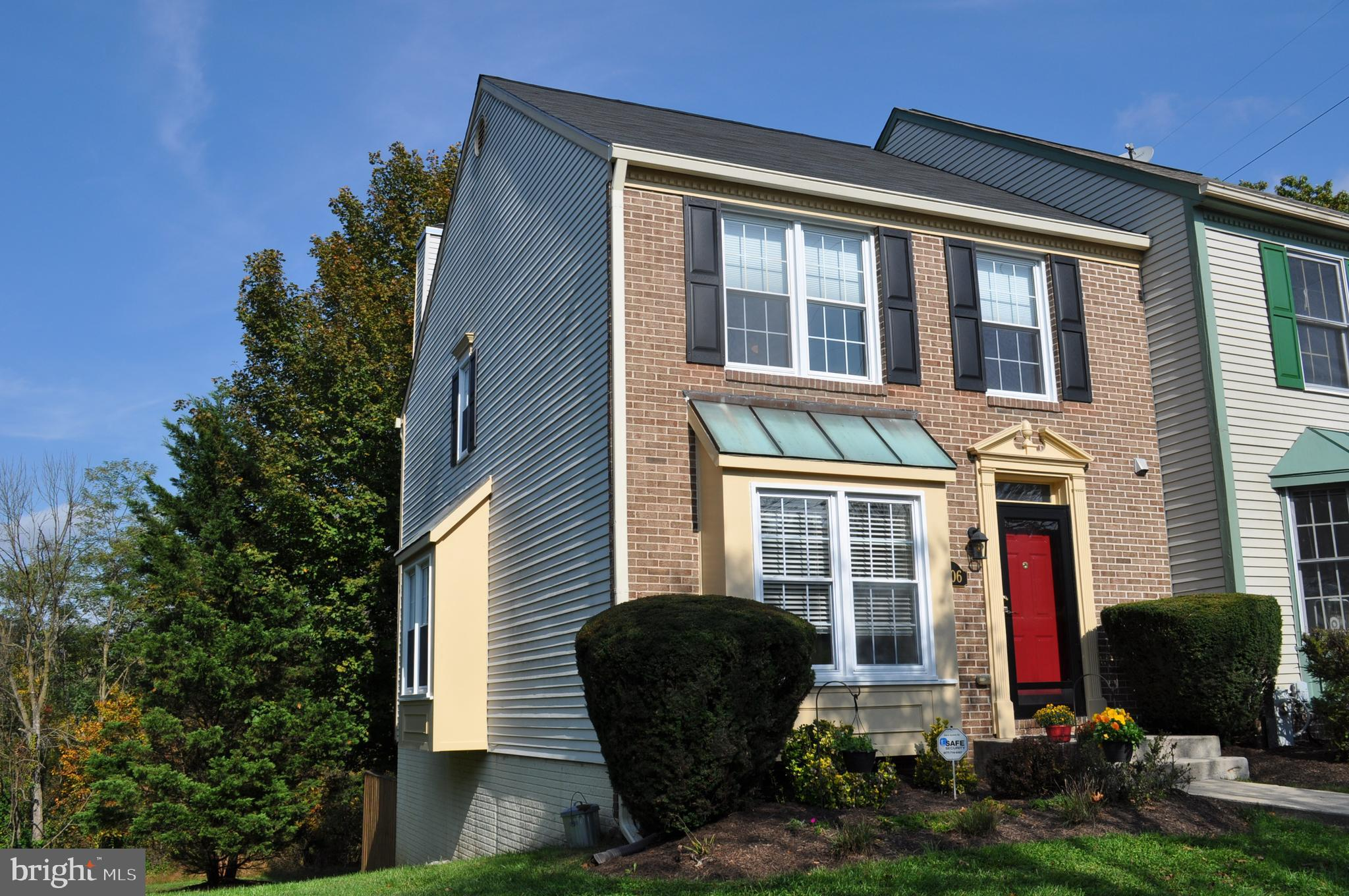 Lovely townhome in such a convenient location -- near Historic Ellicott City, shopping,  and commute
