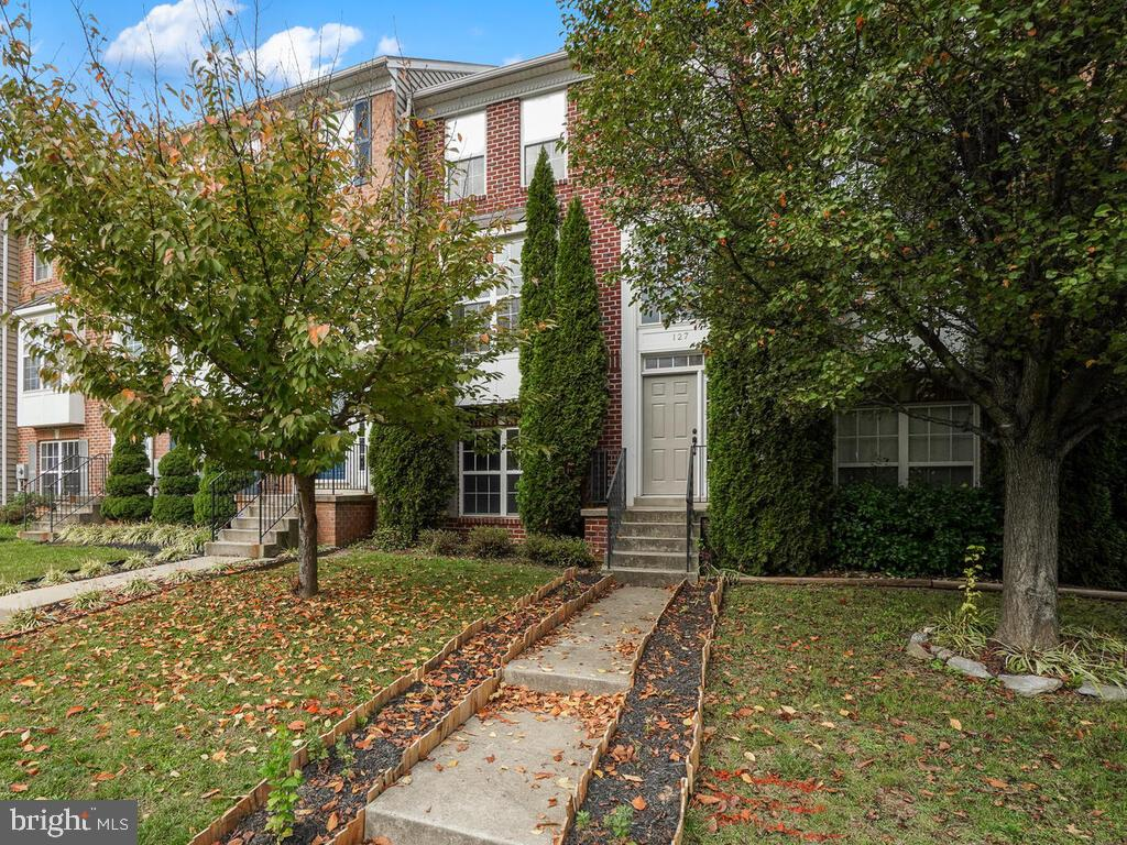 Excellent opportunity to own this bright and spacious town home with detached 1 car garage in great