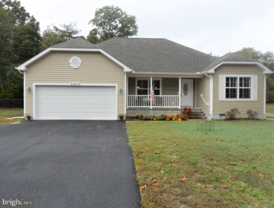 Ridgewood Crossing - 4 year old home like BRAND NEW! Added features: screened back porch and a parti