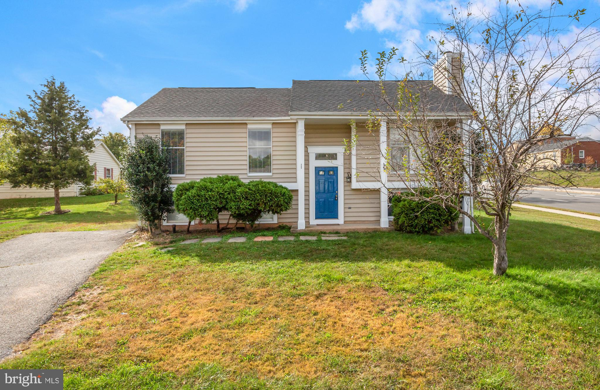**Offer deadline of Monday, March 8th at 12:00 p.m! Beautiful split-foyer home on SPACIOUS corner lo