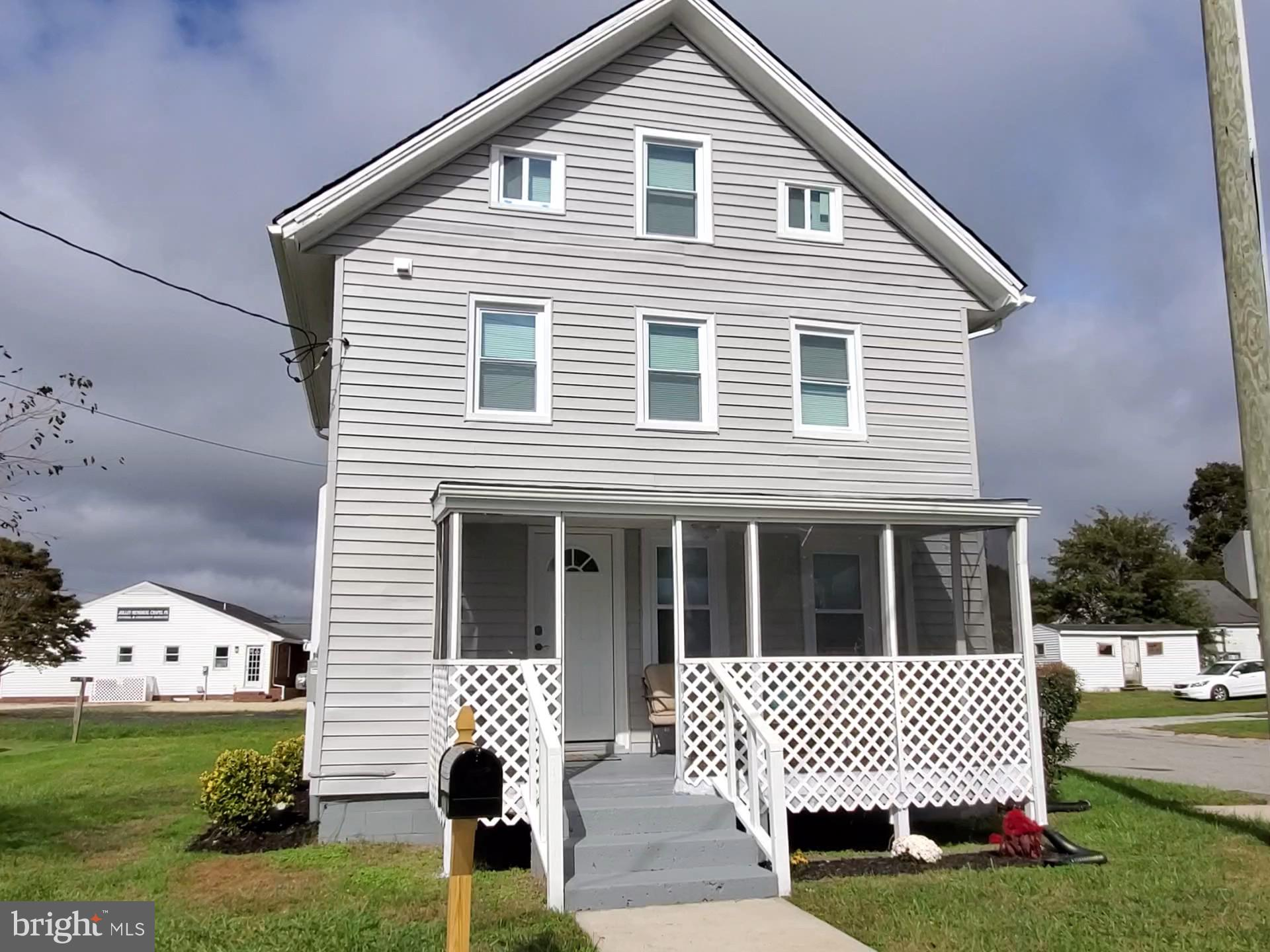 PRICE IMPROVED Adorable Corner lot house in Berlin. All the comforts of home. Open concept living ar