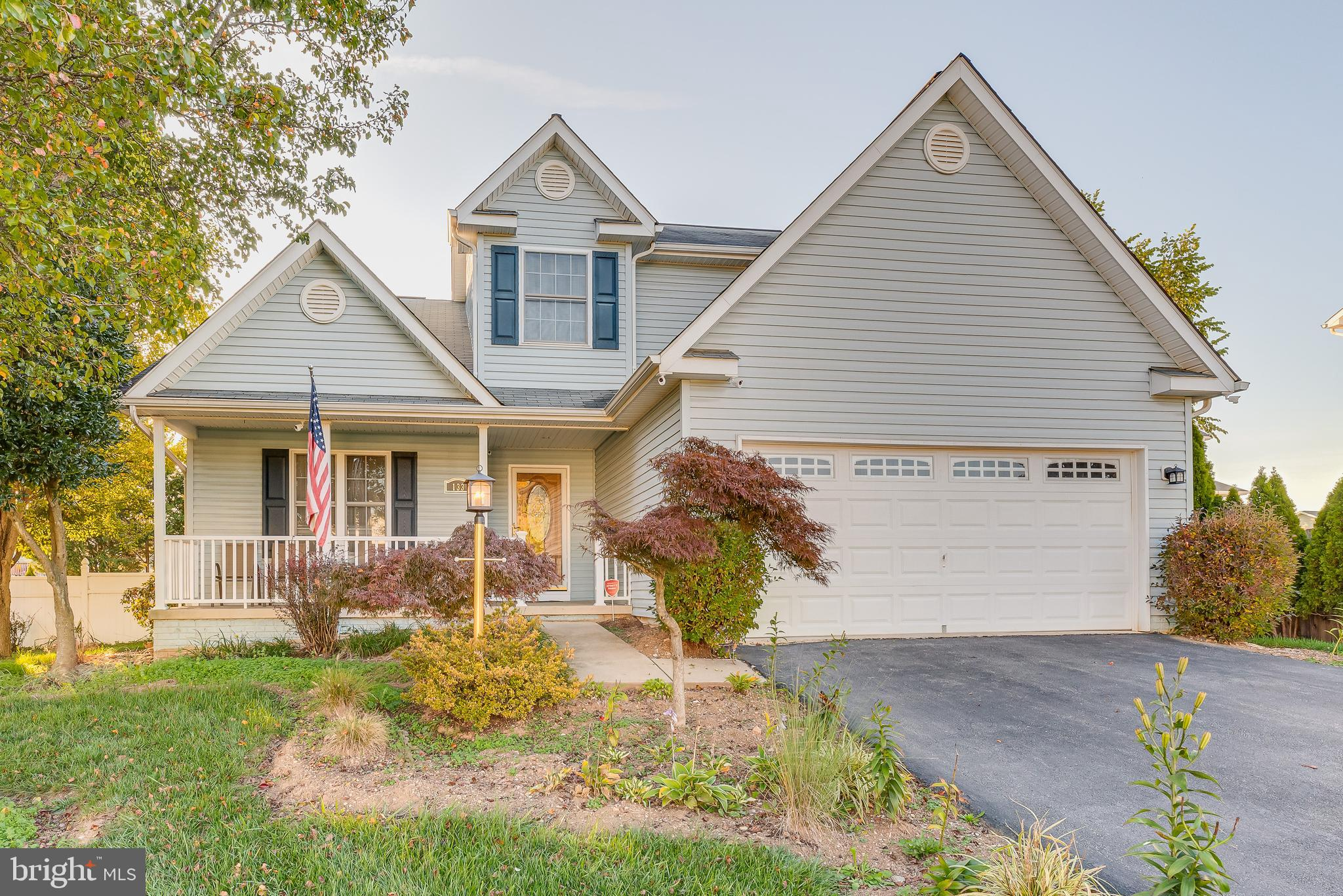 This 3 bedroom 2 1/2 bath home is in a great commuter location to both VA and MD. The main floor fea