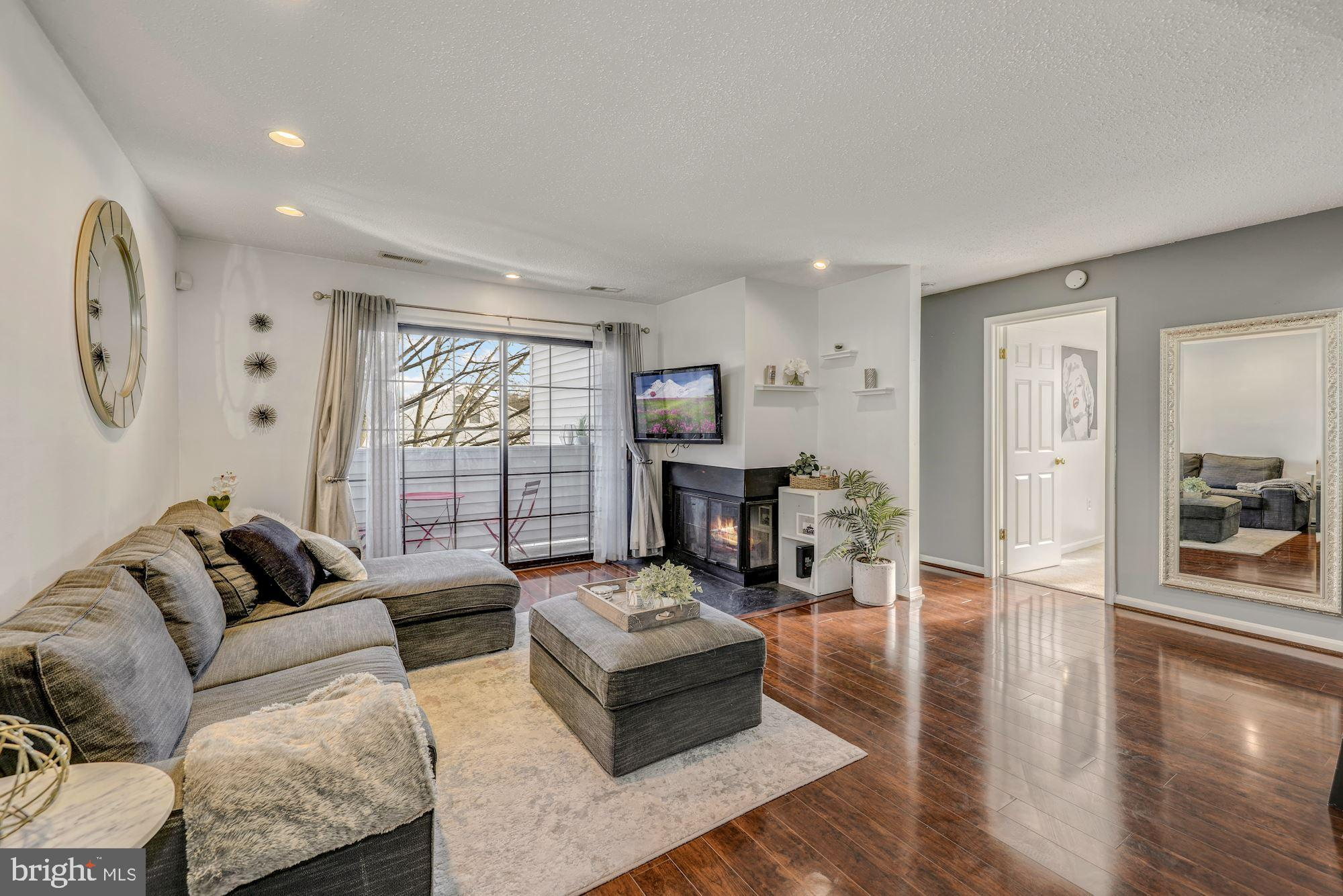 STUNNING GARDEN STYLE CONDO. RENOVAYED FROM TOP TO BOTTOM! THIS GORGEOUS & WELL MAINTAINED UNIT AWAI