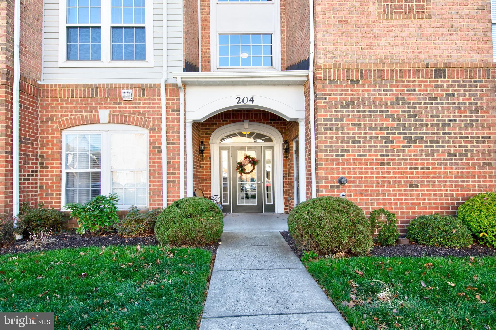 Lightly lived in and freshly painted 2 bedroom 2 bath condo in highly desireable  Kings Crossing.