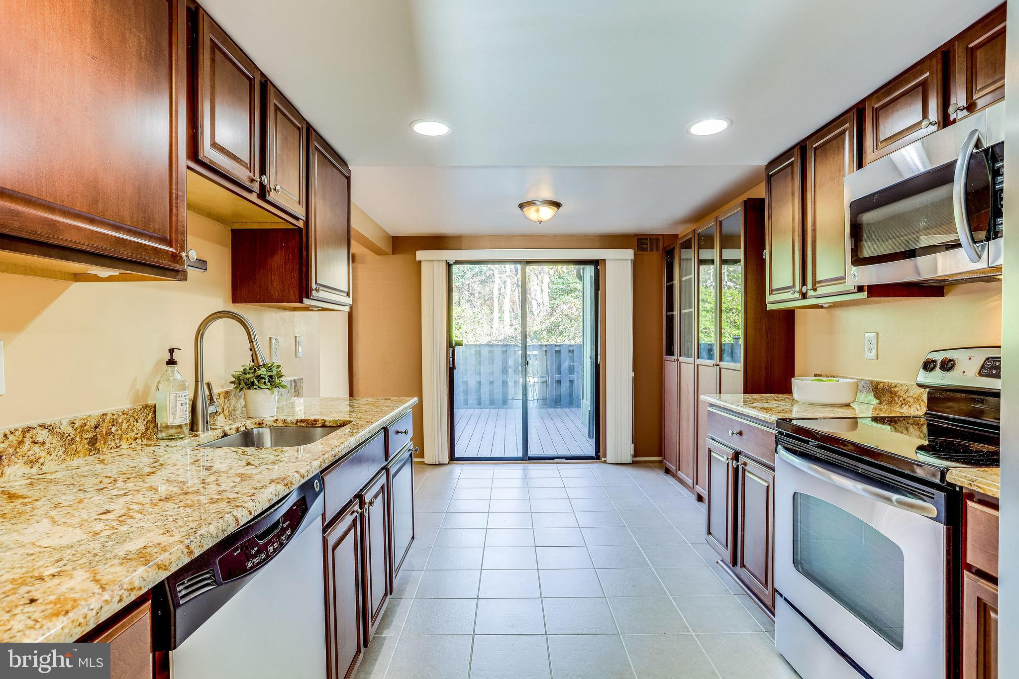 **OPEN SUN 11/29 2-4PM**OFFER DEADLINE TUES 12/1 5PM** Light Filled Townhome Backing to Trees Locate