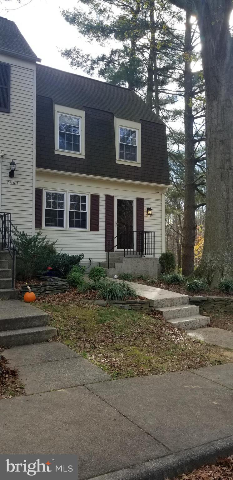 3 BR 3BA 3 LEVEL END UNIT TOWNHOUSE IN GREAT LOCATION*HARDWOOD FLOORS MAIN LEVEL*NEWER BATHROOMS*KIT