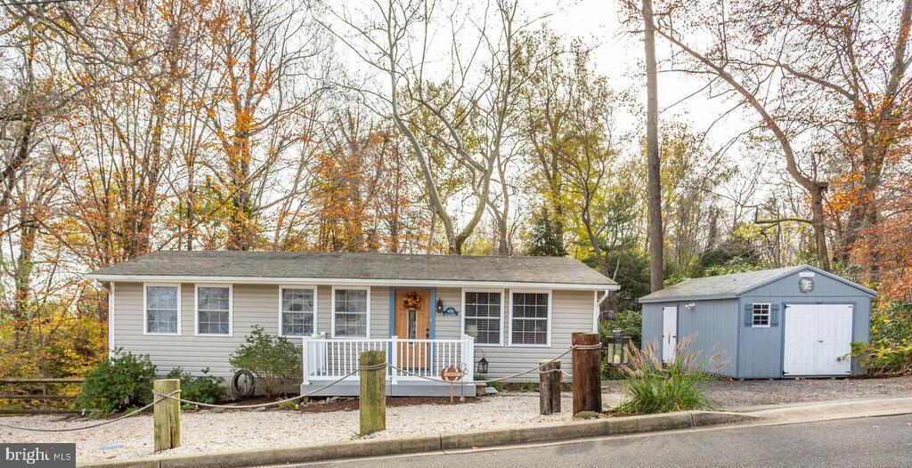 Welcome to this charming 3 bedroom, 1 bath, move in ready and very clean home.  Updated with Hardwoo