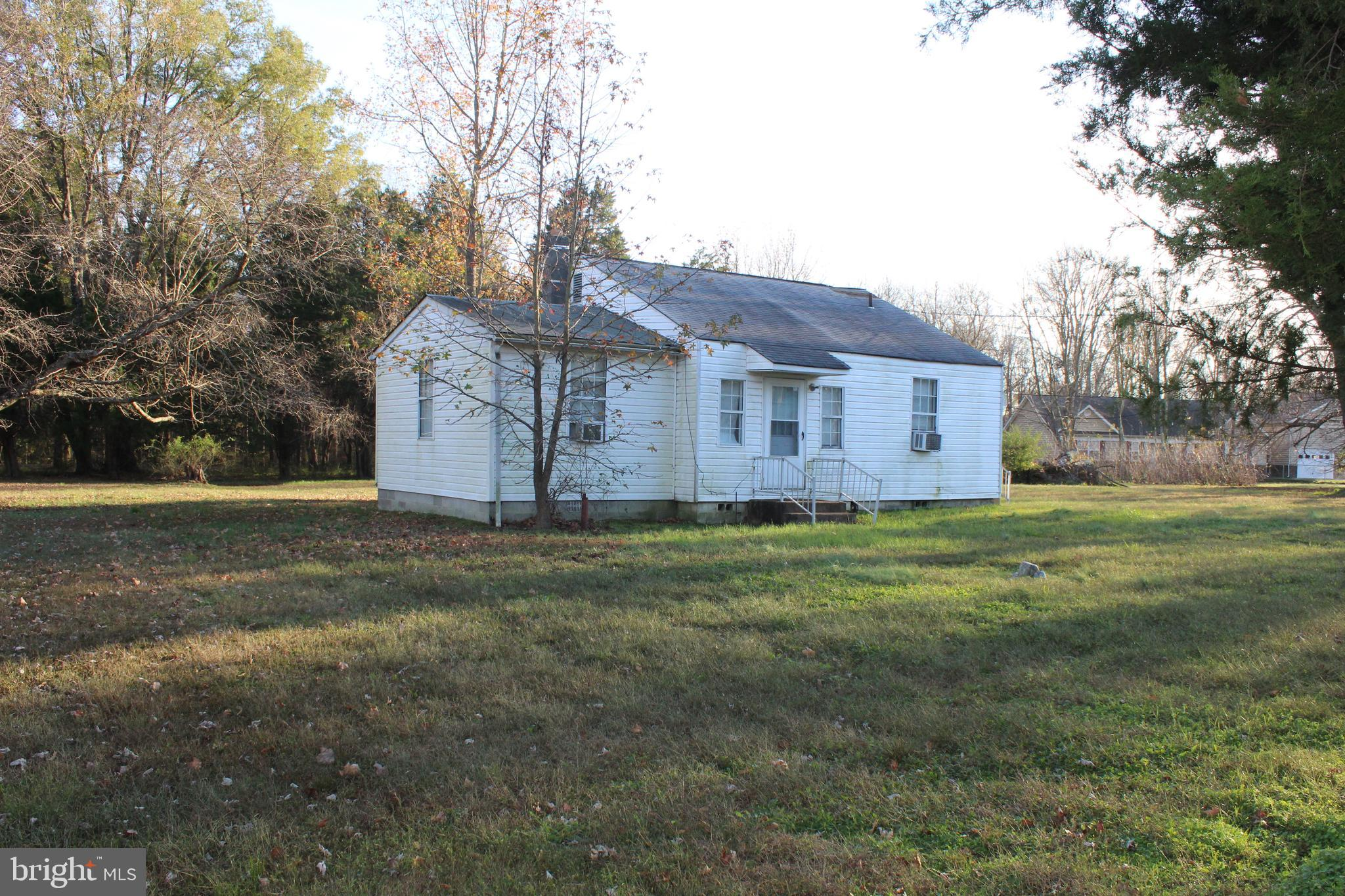 3 bed 2 bath fixer upper located in the water oriented community of Mill Point Shores.  This propert