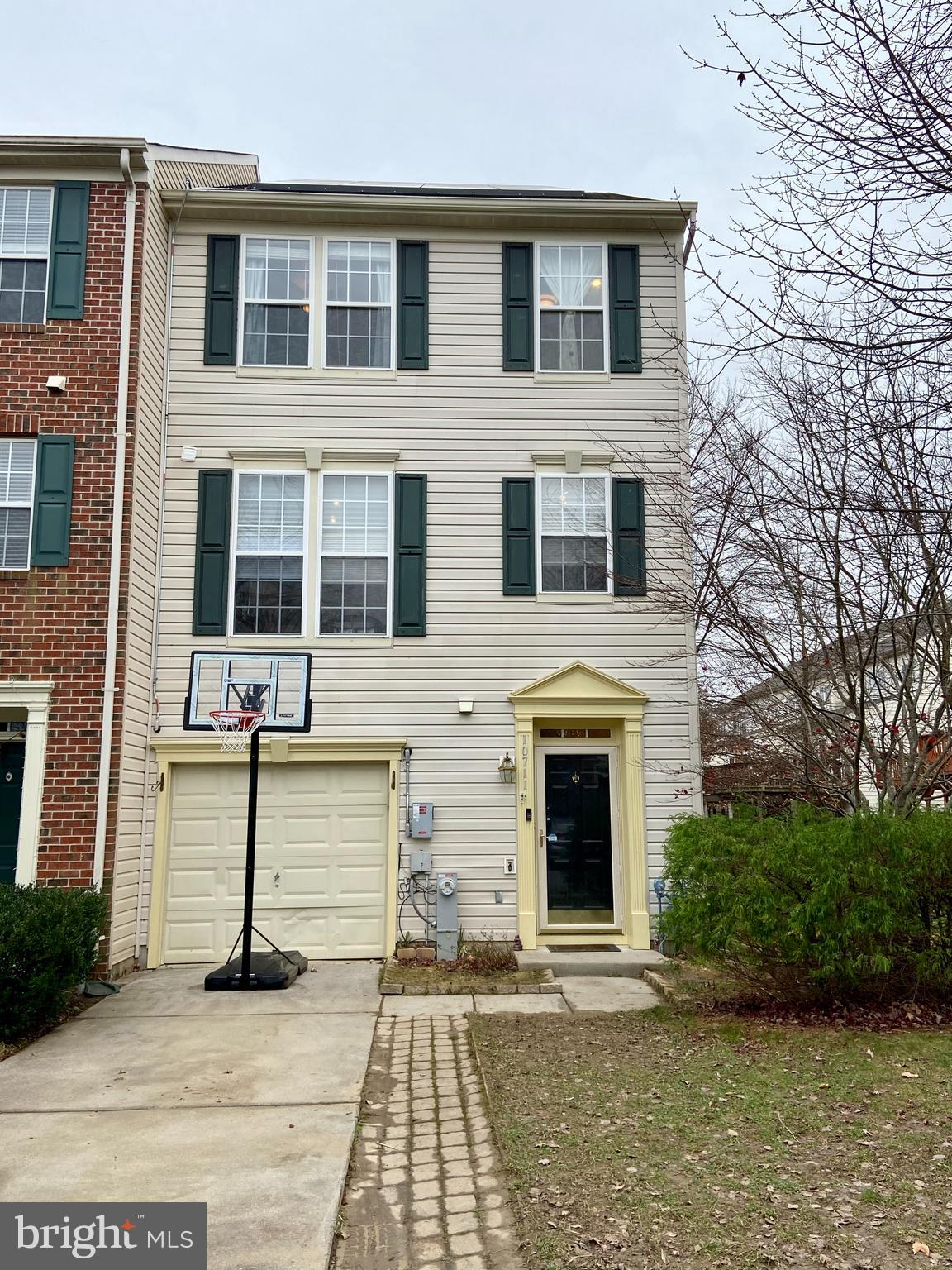 Well maintained end unit  townhouse in waverly woods.  Bright and open main level w/ 9ft ceiling, up