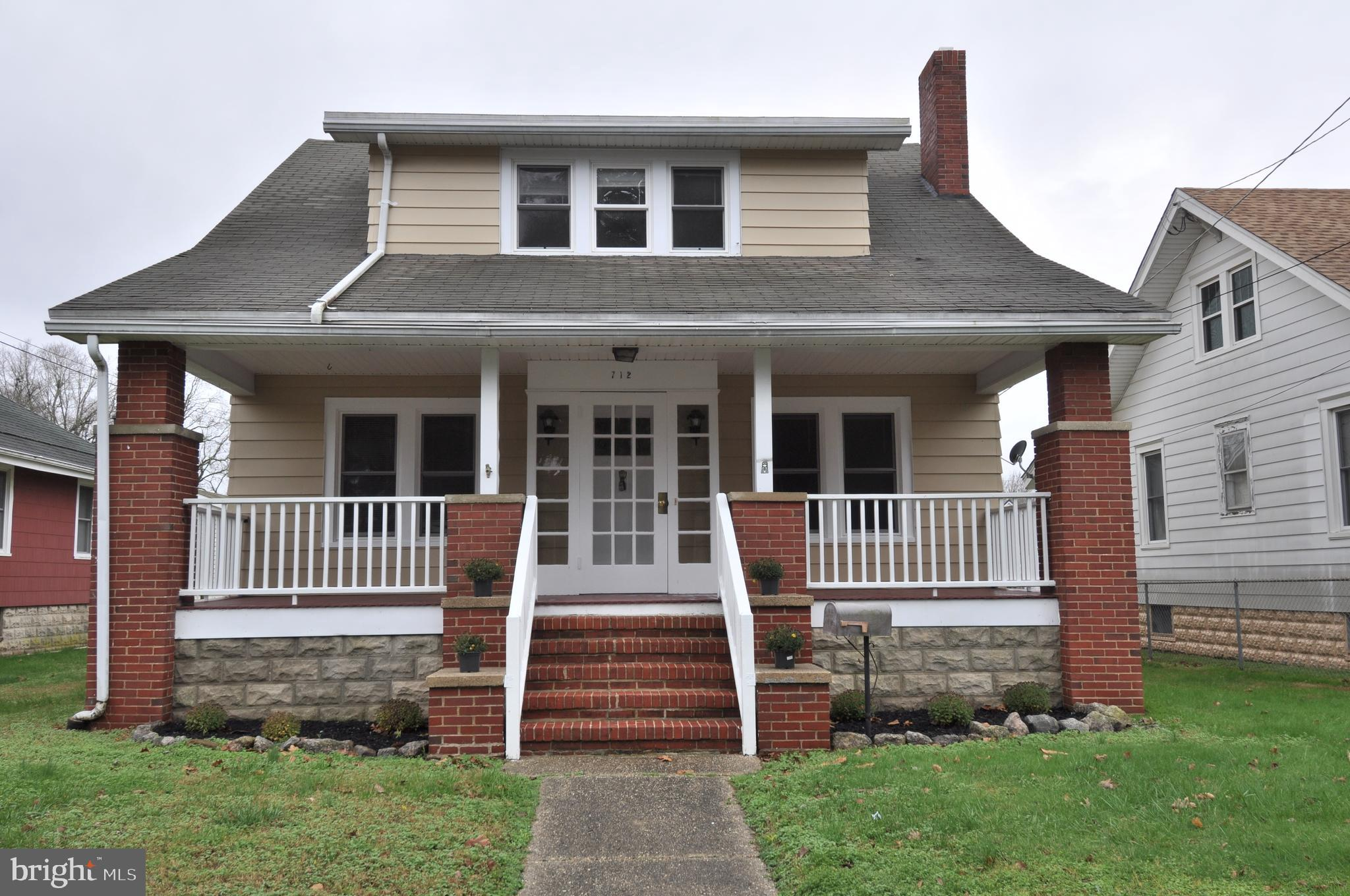 3 FULL BATHS 4 BEDROOM, NEW KITCHEN AND ALL NEW APPLIANCES. READY TO MOVE IN. QUIET WELL ESTABLISHED