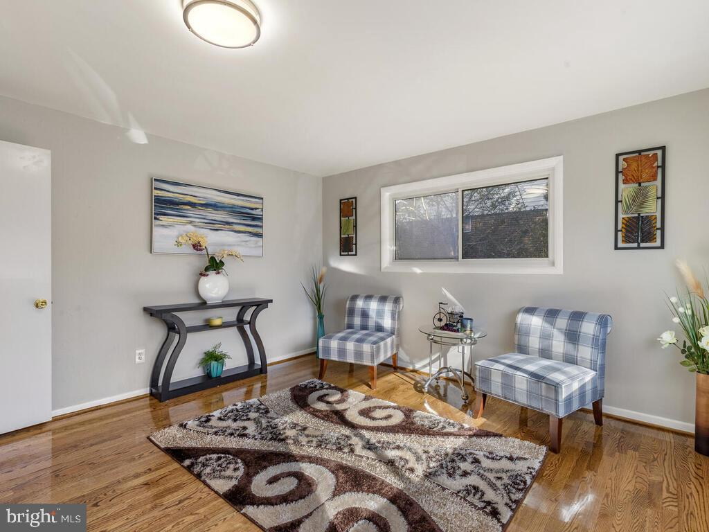 Excellent condition Rambler style single house with walkout basement.  Total 5 bedrooms, 4 renovated