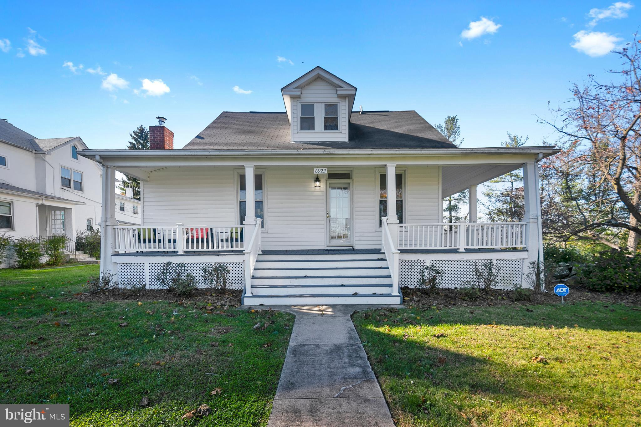 **Open House Saturday 12/12 from 12 pm - 2 pm** Do not miss the opportunity to own this cozy home in
