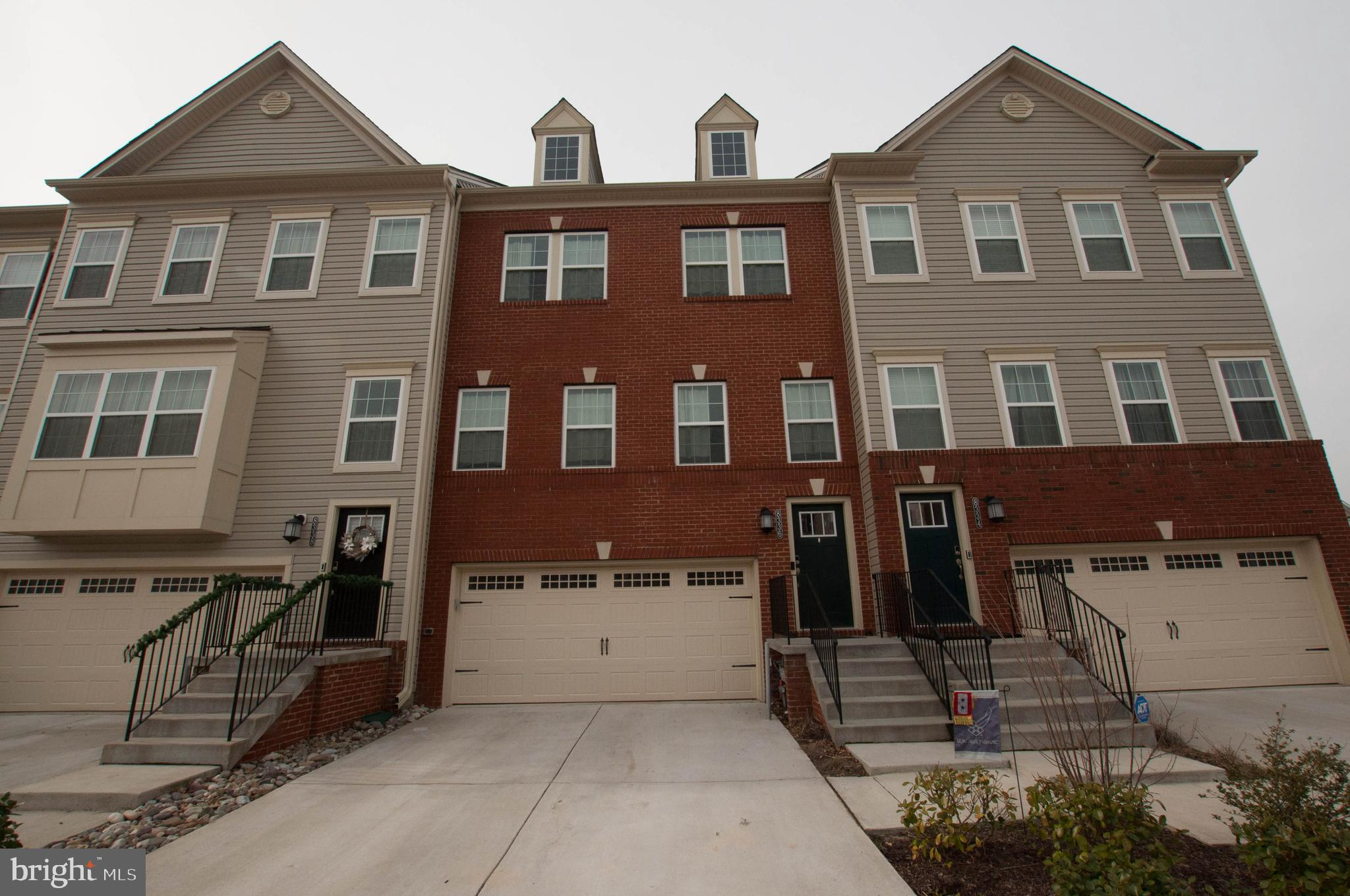 Don't miss this like new 4 bedroom 3.5 bathroom like new townhome with 2 car garage in amenity fille