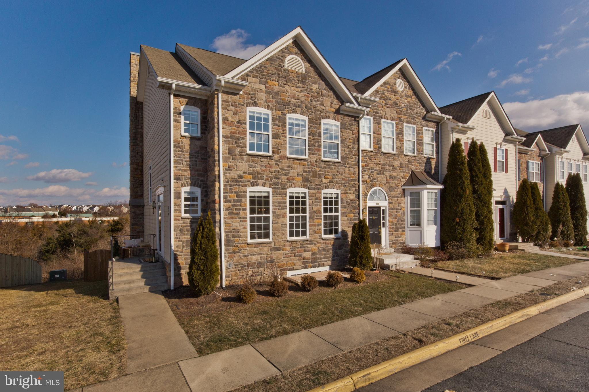 Do not miss this stunning over sized end unit in the sought after Potomac Crossing neighborhood! Thi