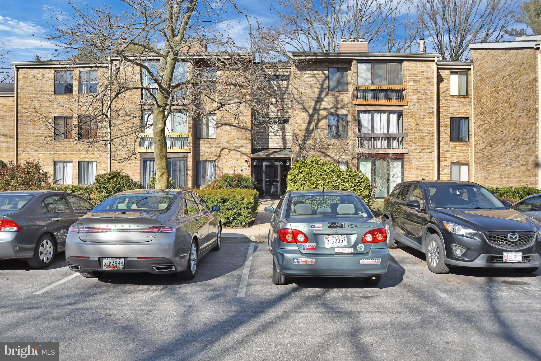 Stunning Penthouse level Condo Located in the heart of Columbia This 2 BR 1.5 BA has a cozy fireplac
