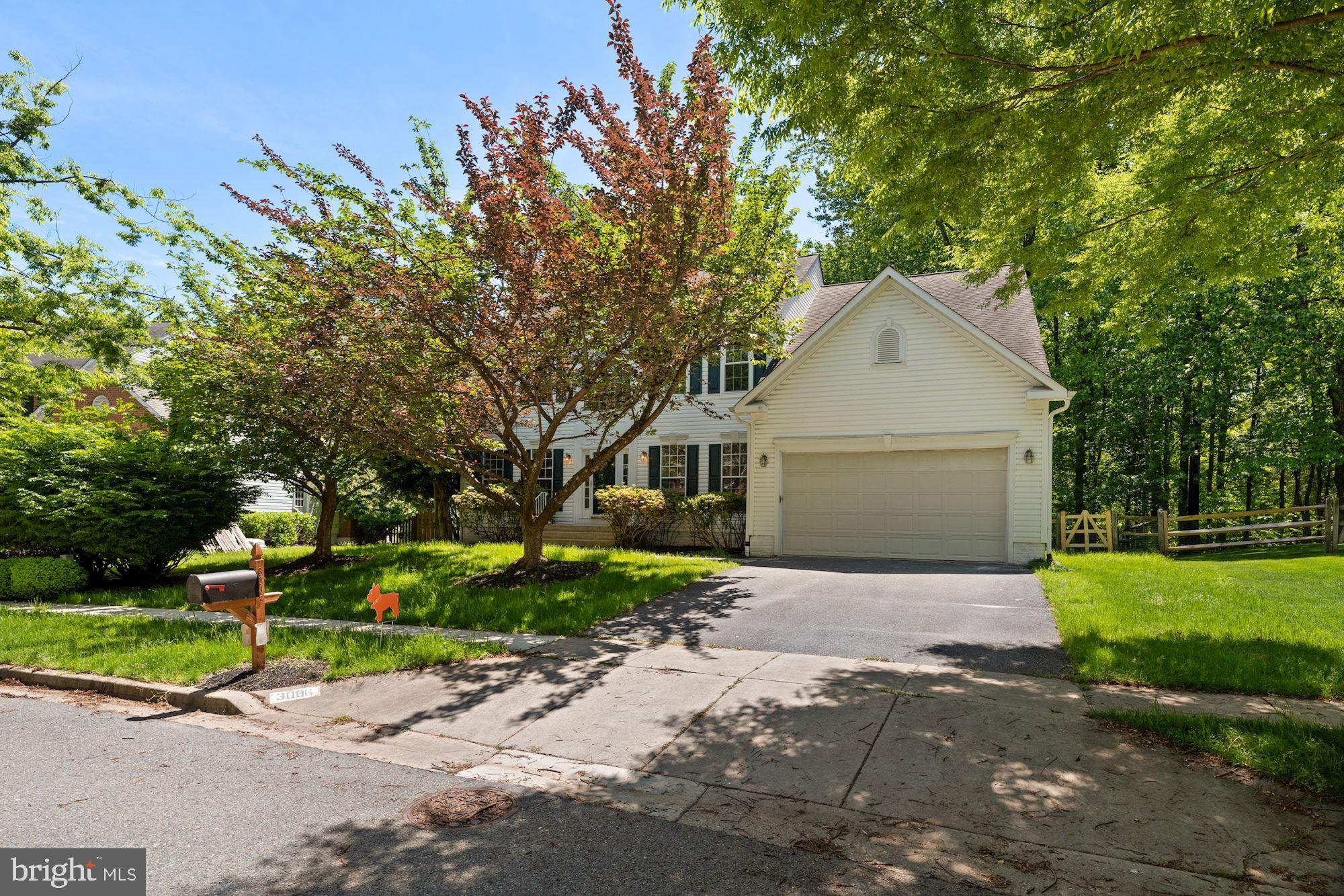 This house is a beautiful colonial that sits on a large lot.  A true gem in the heart of Olney.   En