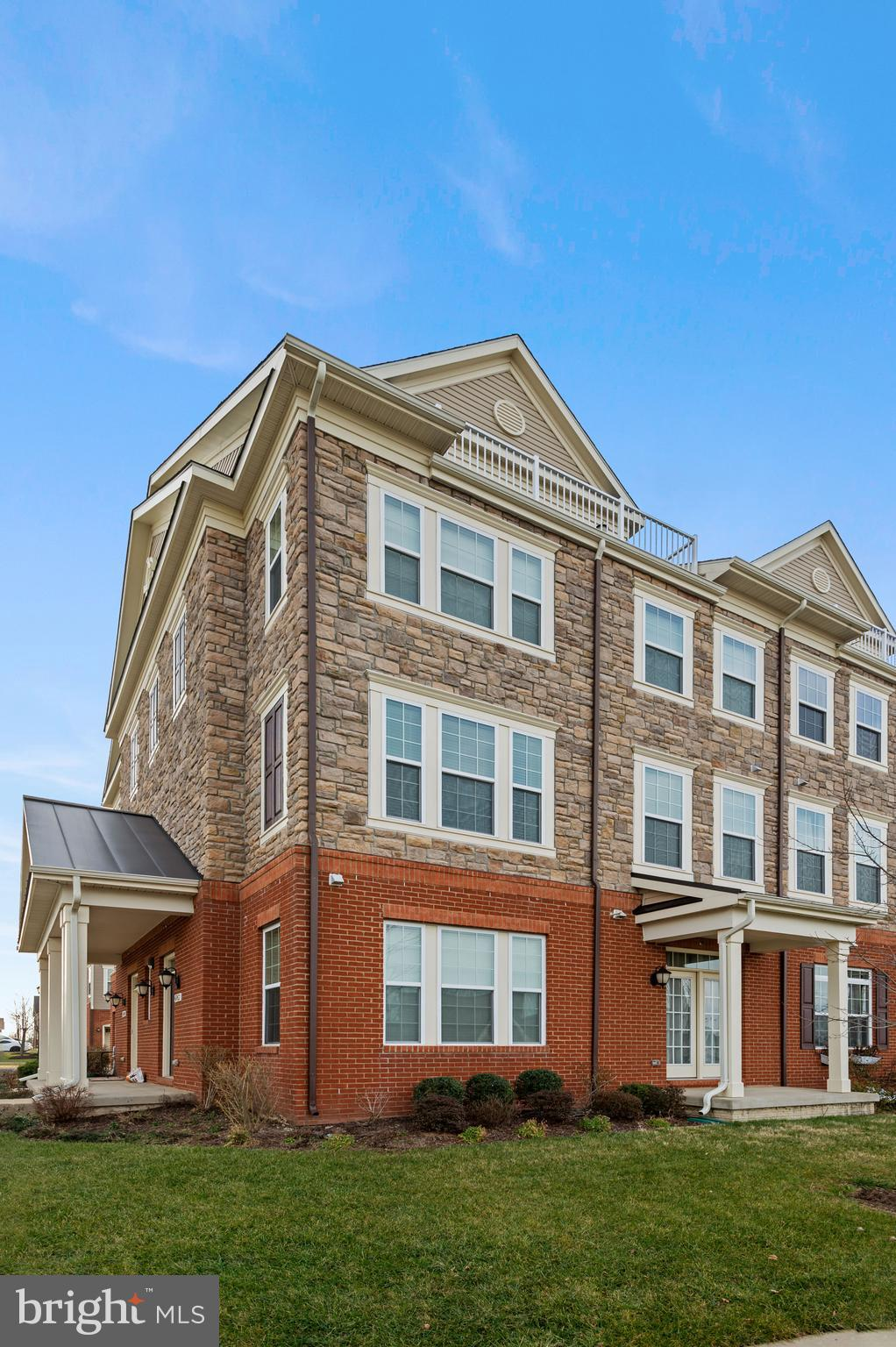 Beautiful 4-level townhome-style condo end-unit in desirable Goose Creek Reserve with 3 bedrooms, 2.
