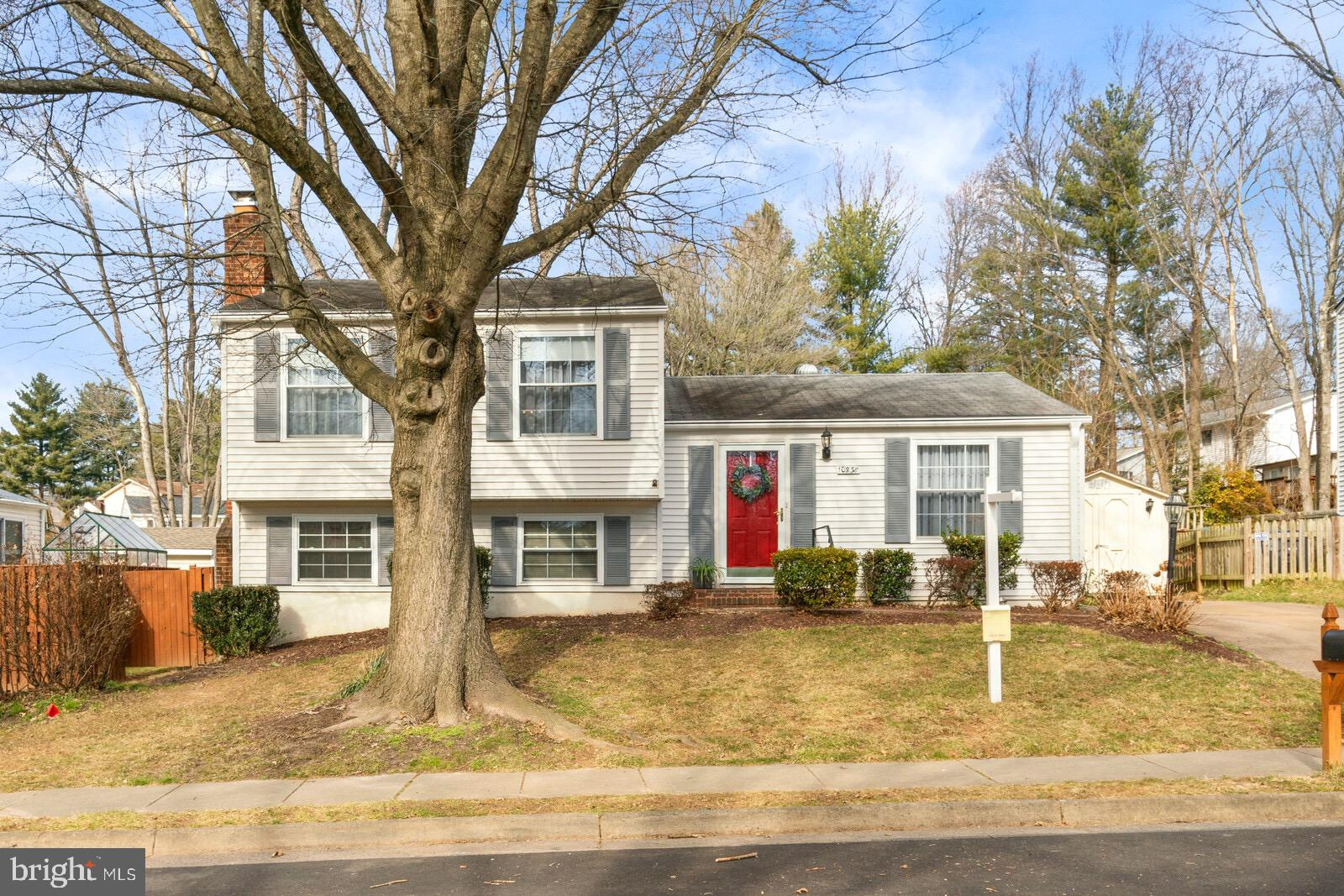 BEAUTIFULLY MAINTAINED AND WELL CARED FOR HOME, 3 BEDROOM/2.5 BATHROOM SPLIT LEVEL IN BURKE CENTRE C