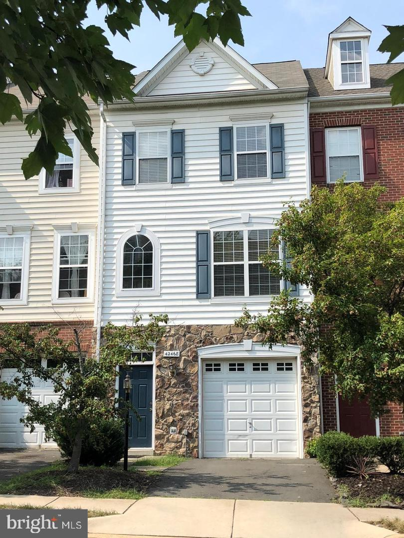 FANTASTIC Brambleton location - WALK to the Town Center, Shopping, Library, Parks and the Farmers Ma