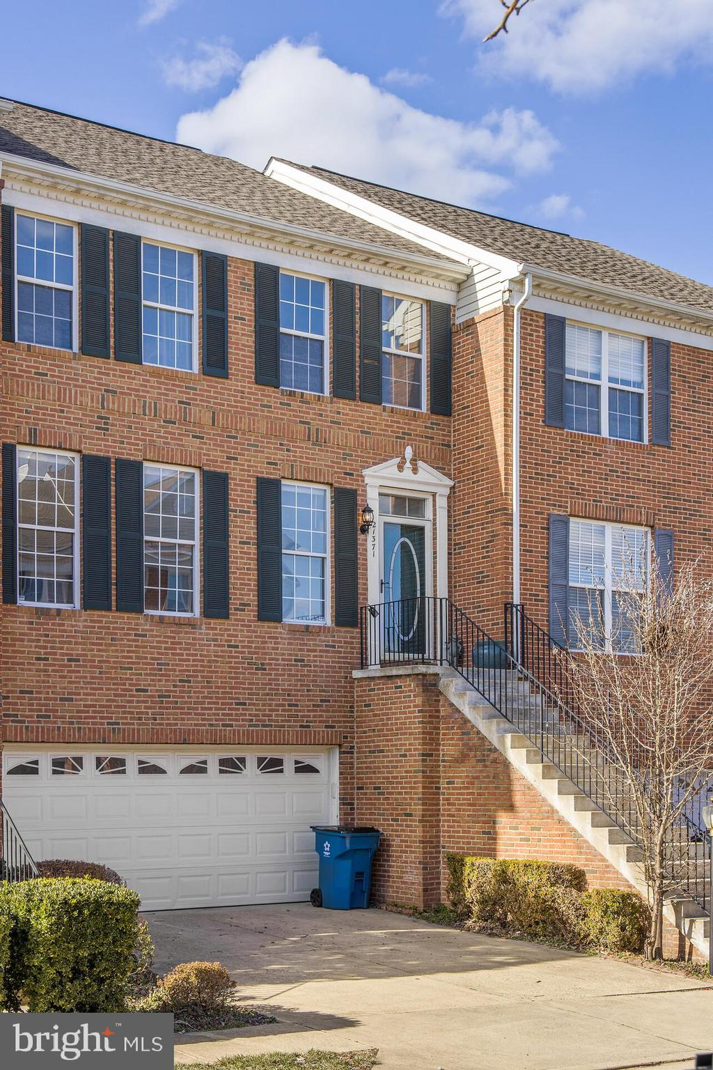 SPACIOUS  3 BEDROOM, 2.5 BATH BRICK TOWNHOME WITH VAULTED/9FT CEILINGS AND BUMP OUT ON ALL 3 LEVELS.