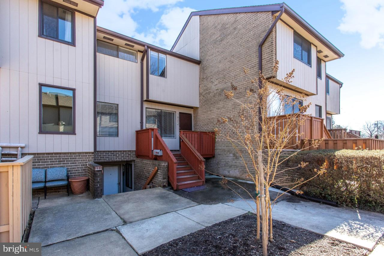 Come see this great  2 level condo townhouse at the Westerlies.  Convenient location, walk to grocer