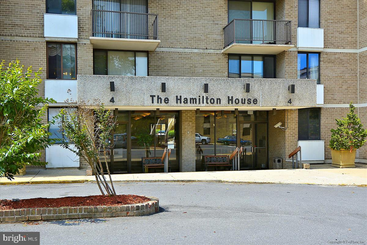 Terrific light-filled studio unit in sought after Americana Centre! Fantastic location next to the R