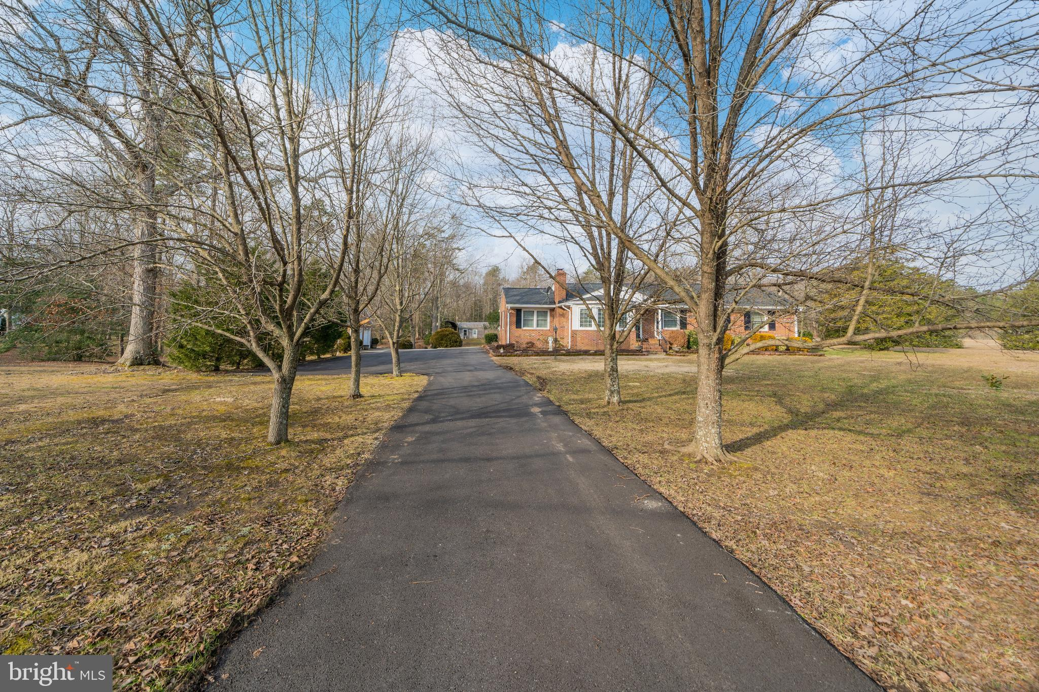 All brick rambler situated on 2 acres! Spacious inside boasts kitchen w/dining area, living room, de
