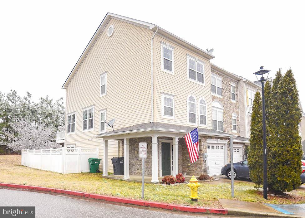 3 bedroom 2 1/2 bath end-unit Townhome in quite neighborhood. Features an entry level rec room with