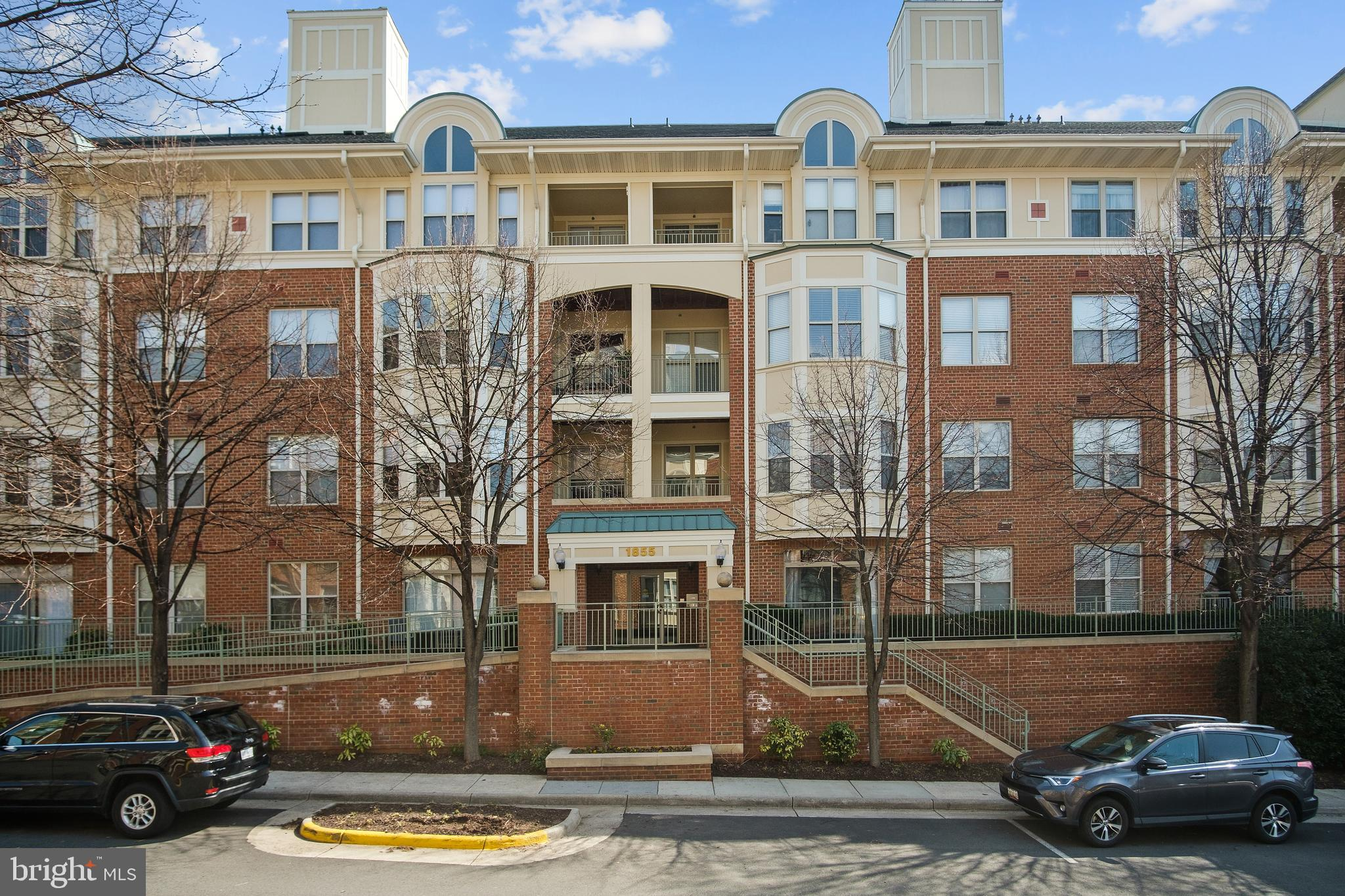 Introducing you to this gorgeous 2br/2ba PET-FRIENDLY condo in the Reston Town Center. This unique u