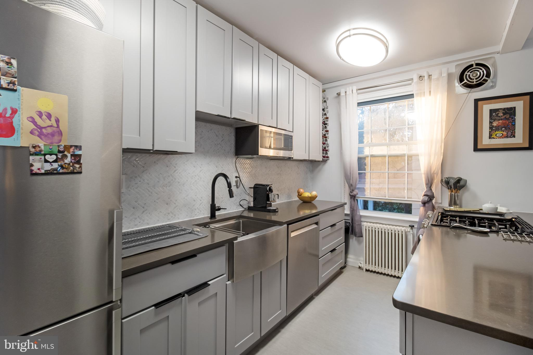 Enjoy quiet comfort & convenience in this modern, recently-renovated unit in the Palisades!  Chef's