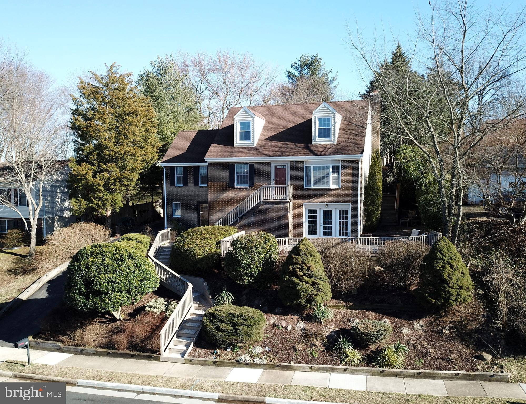 Beautiful home in popular Leesburg Estates neighborhood! Located on a premium 1/4 acre lot with 6' f