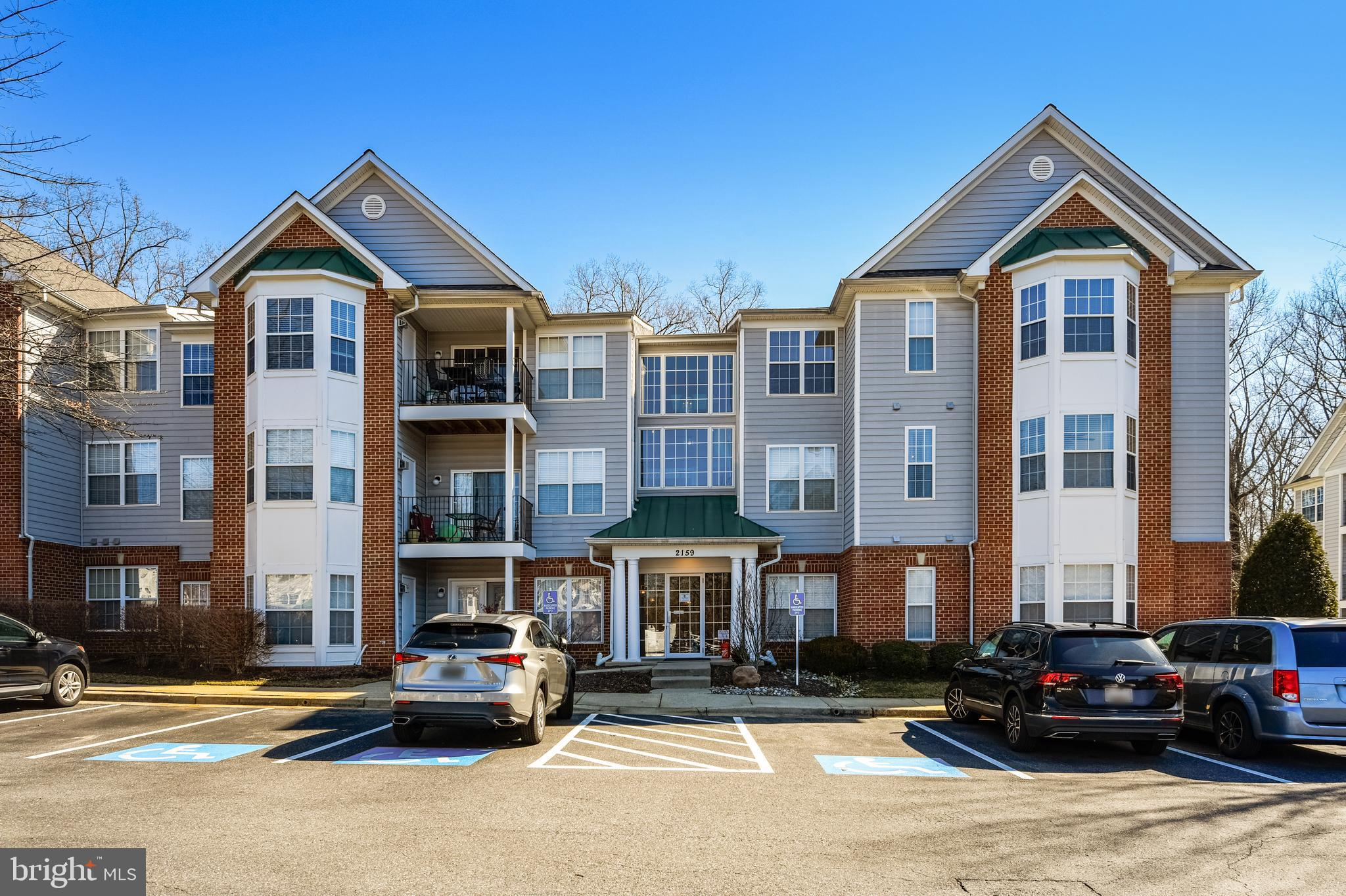 Lovely condominium in sought-after Scott's Crossing.  Daylight-filled ground floor end unit with ram