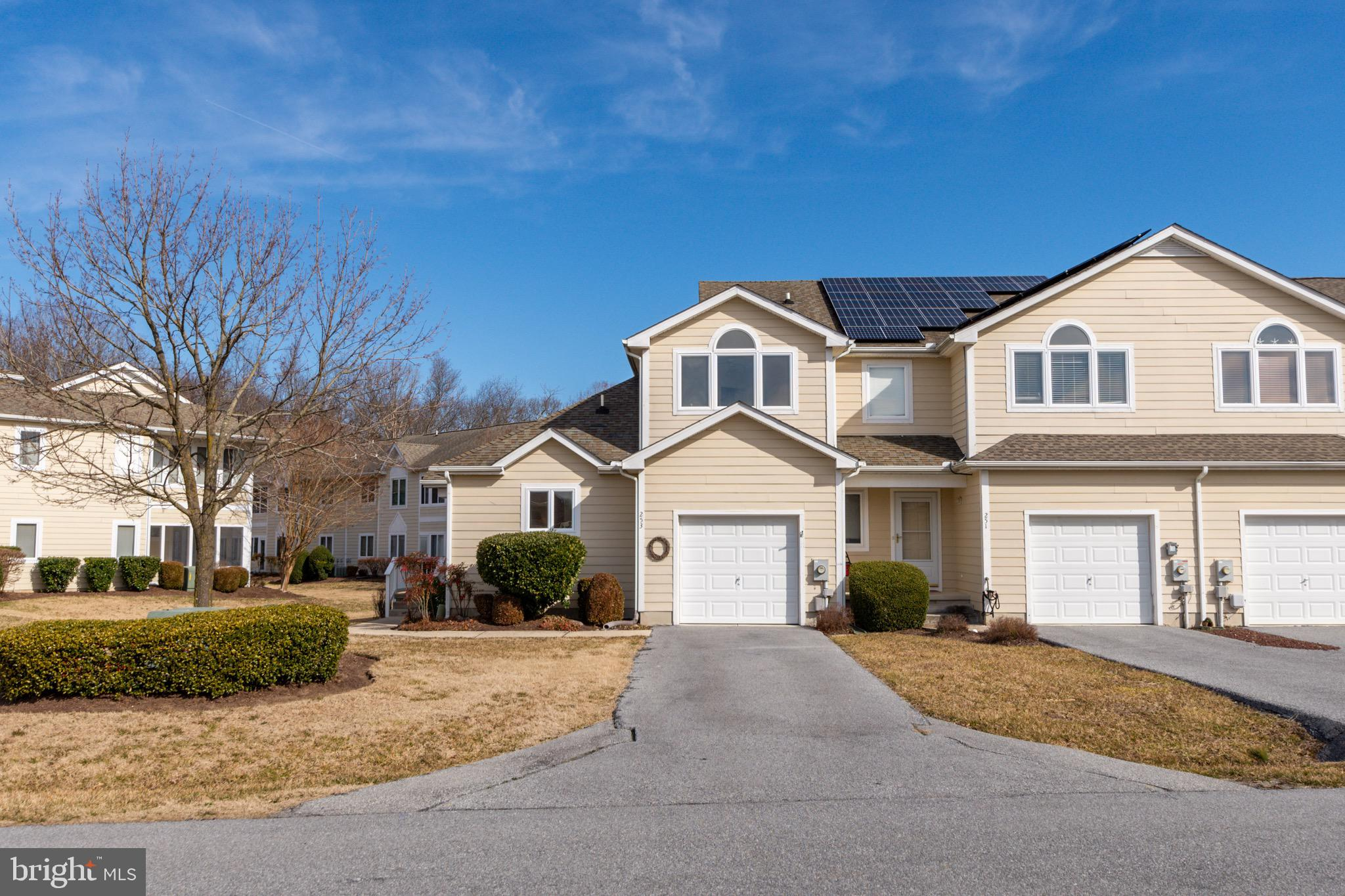3 BR, 2.5 BA End Unit townhouse with lots of natural light,  located in Plantations East! Featuring