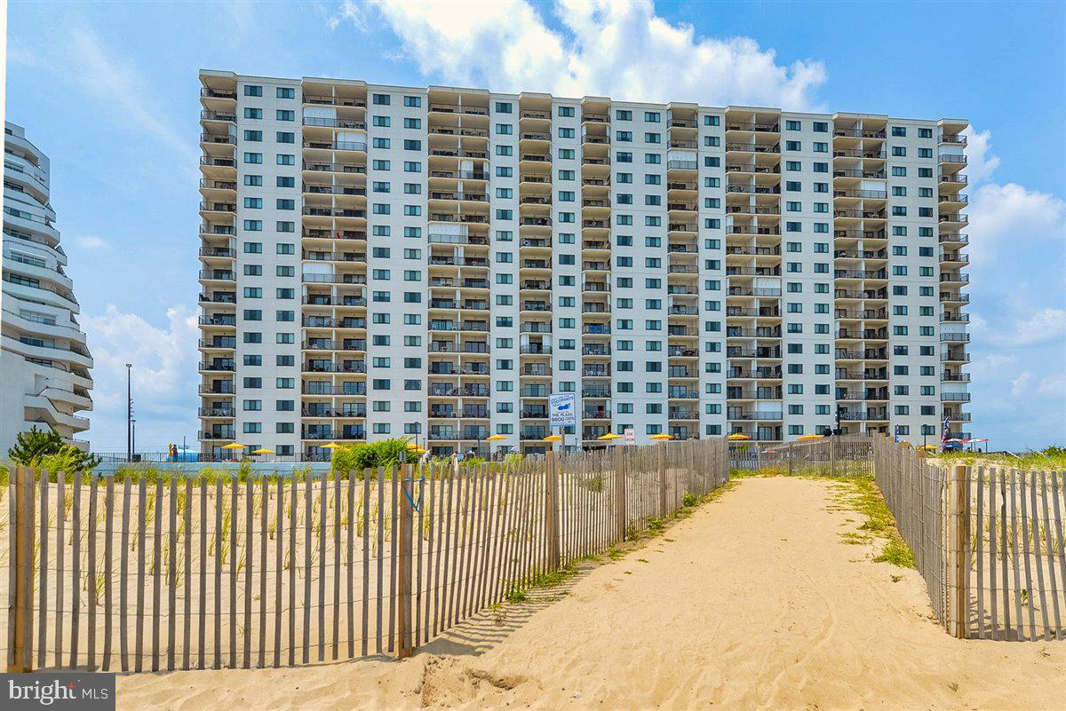 Lovely 2Bed+Den to sleep like a Full 3Bedroom condo.  Gorgeous Oceanfront Views from your large livi