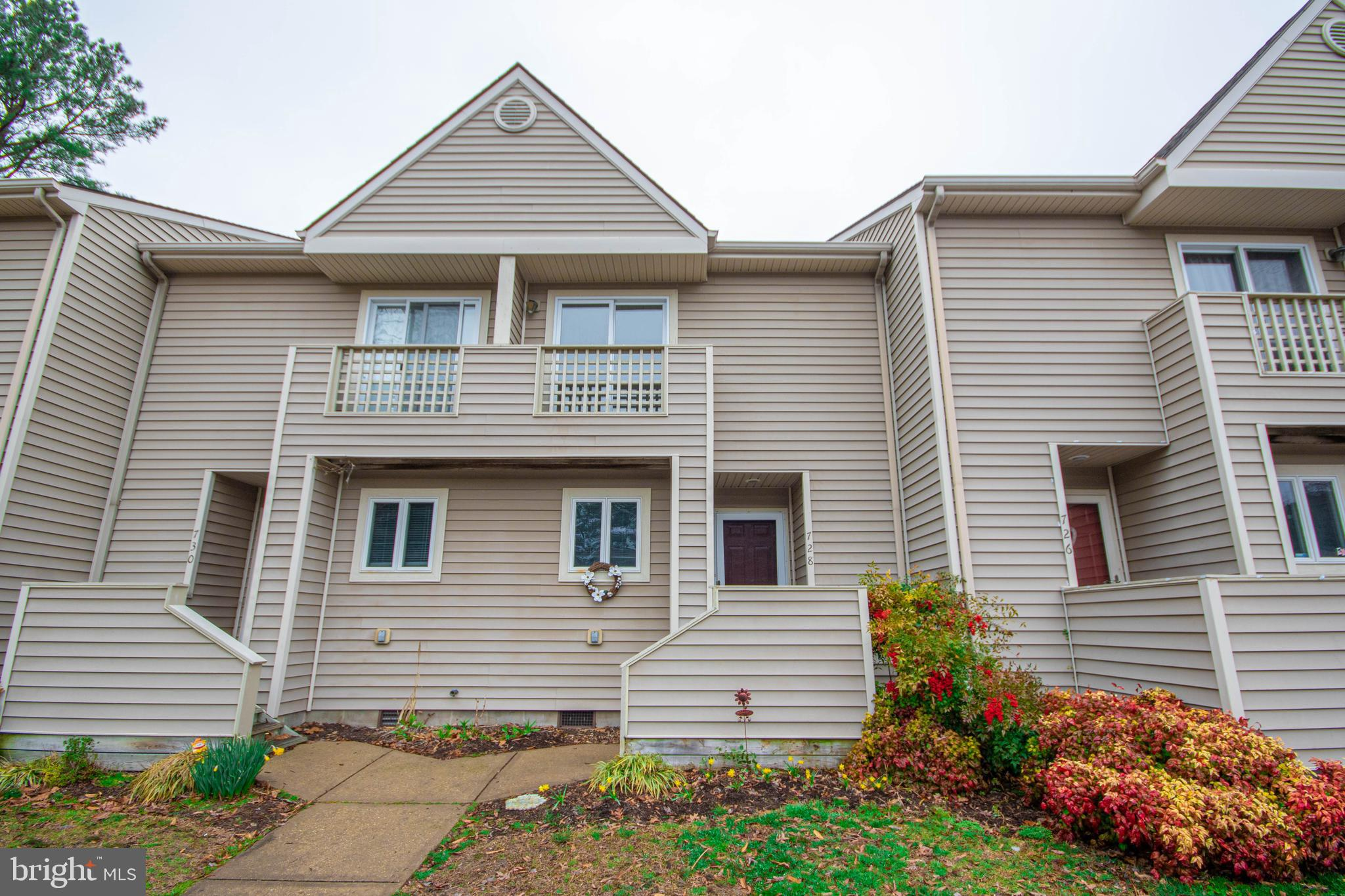 This townhome is ready to go and so conveniently located!  The Ward Museum, city park and zoo are ju