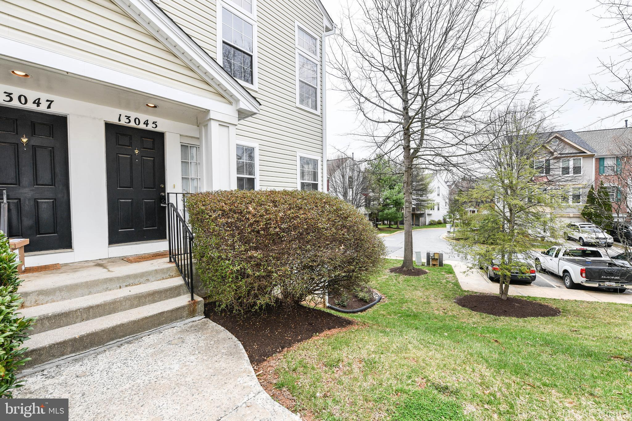 Gorgeous end-unit condo in Cloverleaf. Updated bathrooms and new water heater. Marble fireplace, gra
