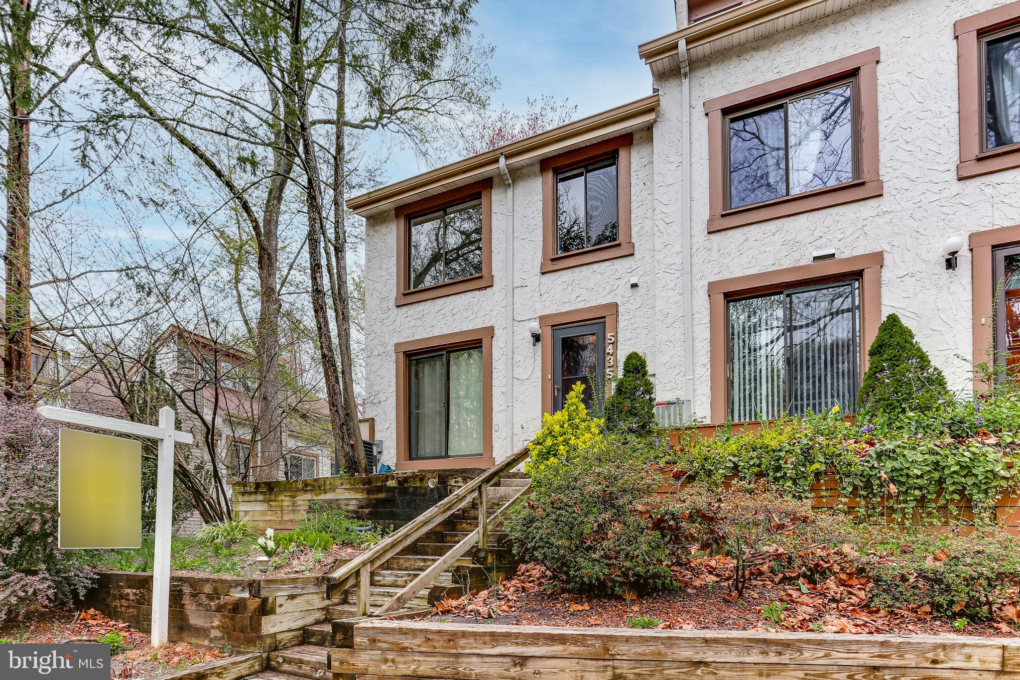Come enjoy this bright and inviting two-level townhouse in Columbia's Capistrano Villas! Make your w
