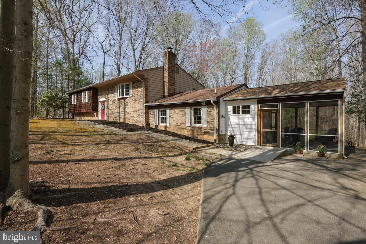 This appealing Split Foyer home sits on a quiet cul-de-sac street in Manassas, Virginia! And no HOA!