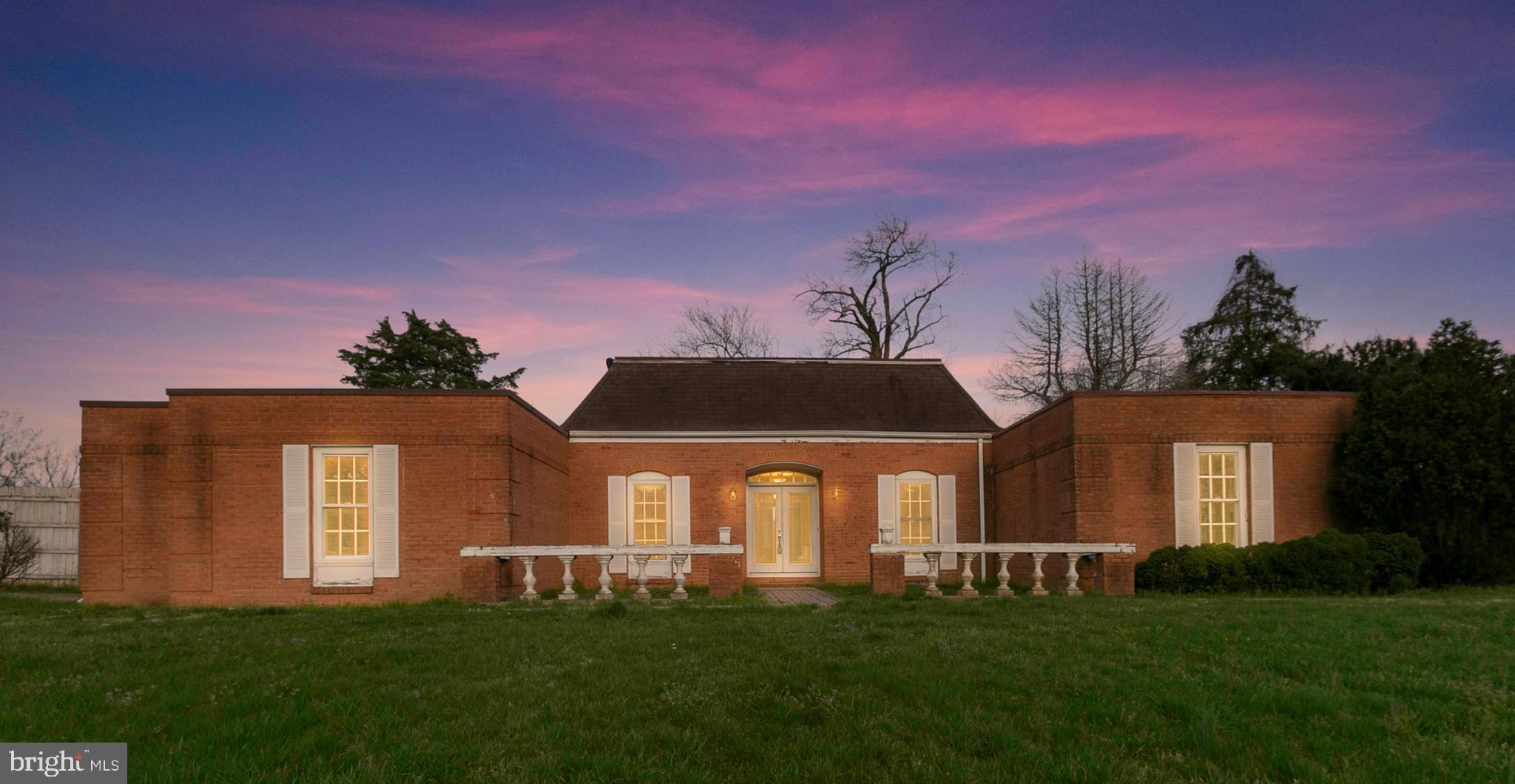 Centrally located  to Brooke rail station and Stafford Courthouse, this classic all brick with a mid