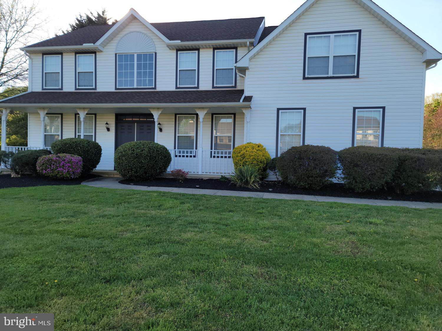 Gorgeous 4bds, 2.5 bths Cambridge model home well situated  on 0.79 acre of land in sought after Eme