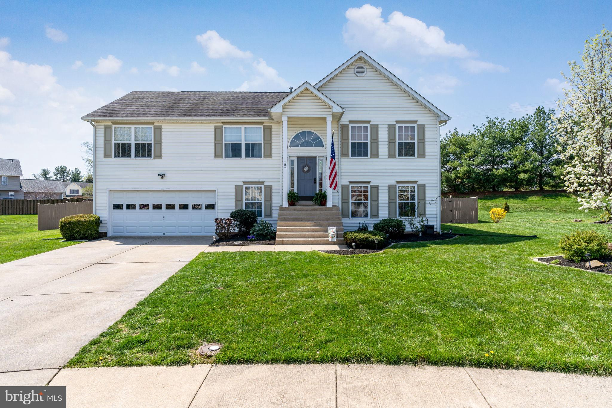 MOVE IN READY! METICULOUSLY MAINTAINED AND UPGRADES FROM TOP TO BOTTOM! BEAUTIFUL MOVE IN READY SPLI