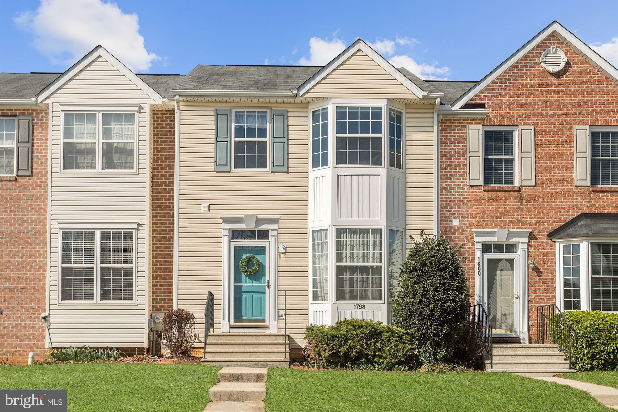 Beautiful townhome in the Hampstead community of  North Carroll Farms! Arrive into the main level th