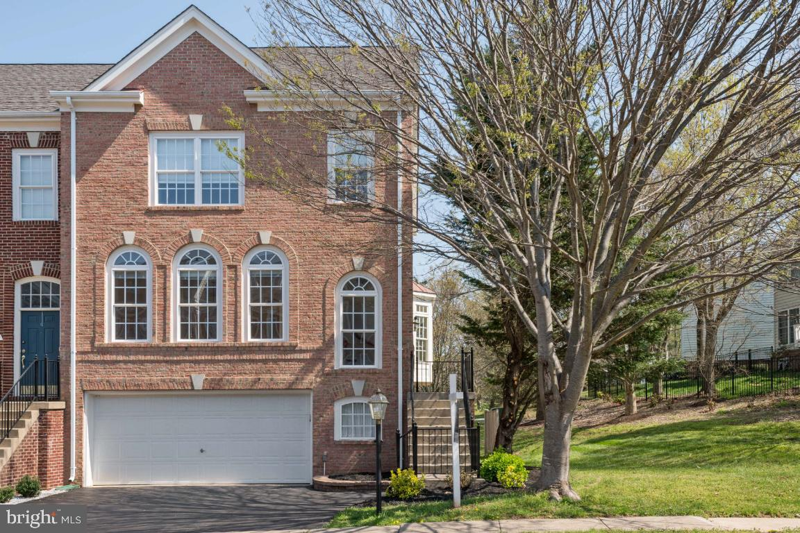 A gorgeous, end-unit, brick front, 2-car garage townhome in a wonderful desirable gated PIEDMONT com