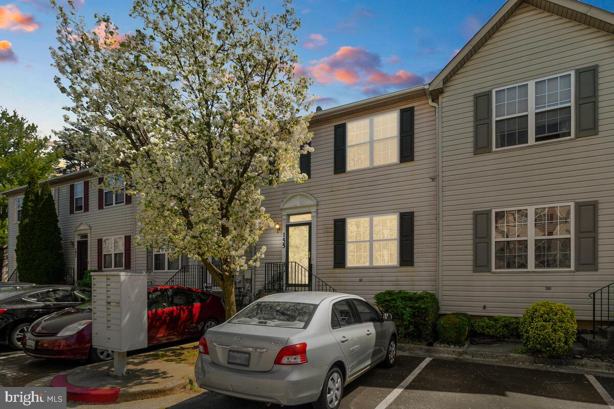 This LOCATION is EVERYTHING! Spacious townhouse close to downtown Annapolis, major highways, and din