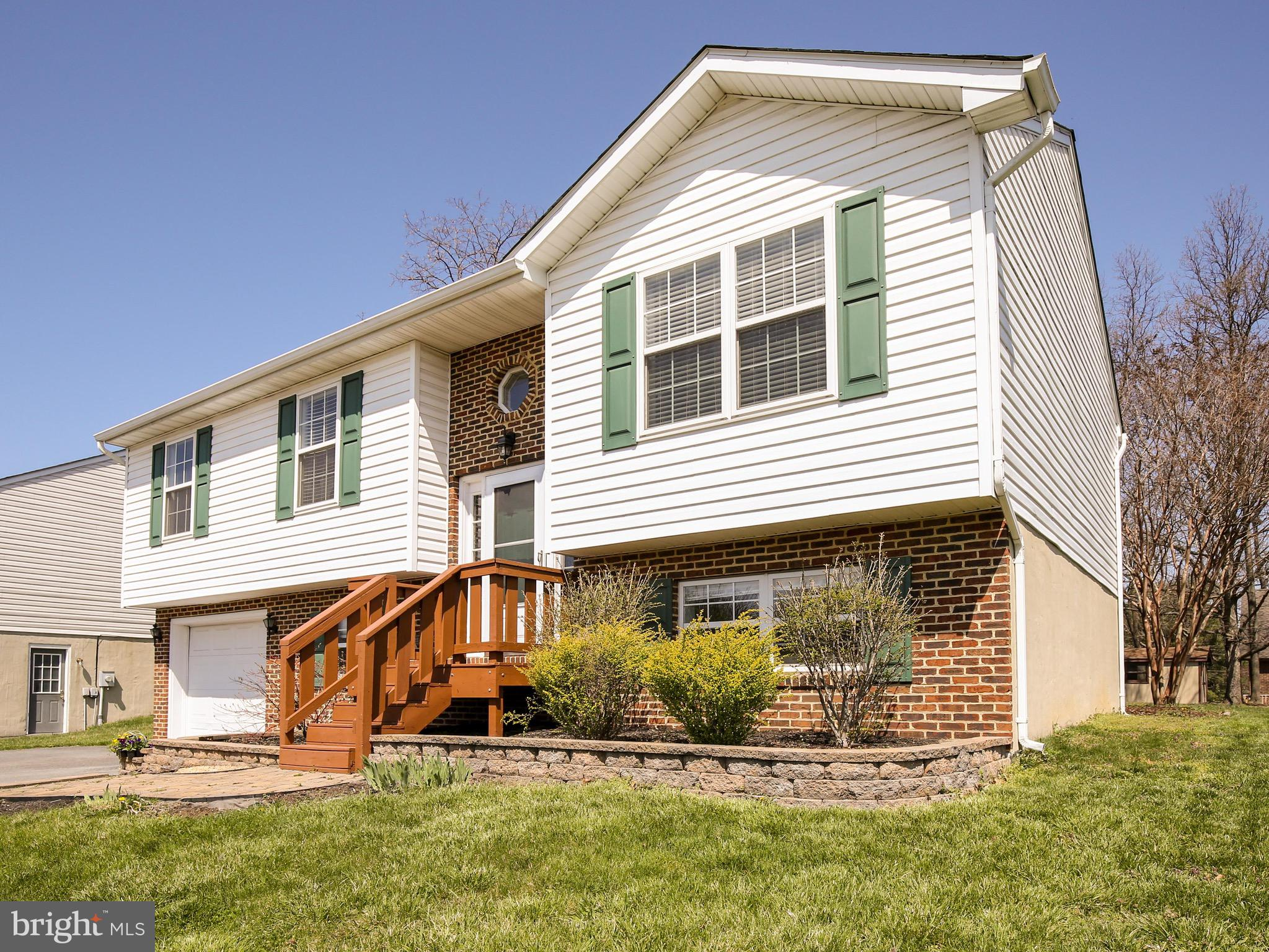 ***Deadline for offers Tuesday April 13th at 8pm*** Welcome Home to 124 Hill Valley Drive. Located i